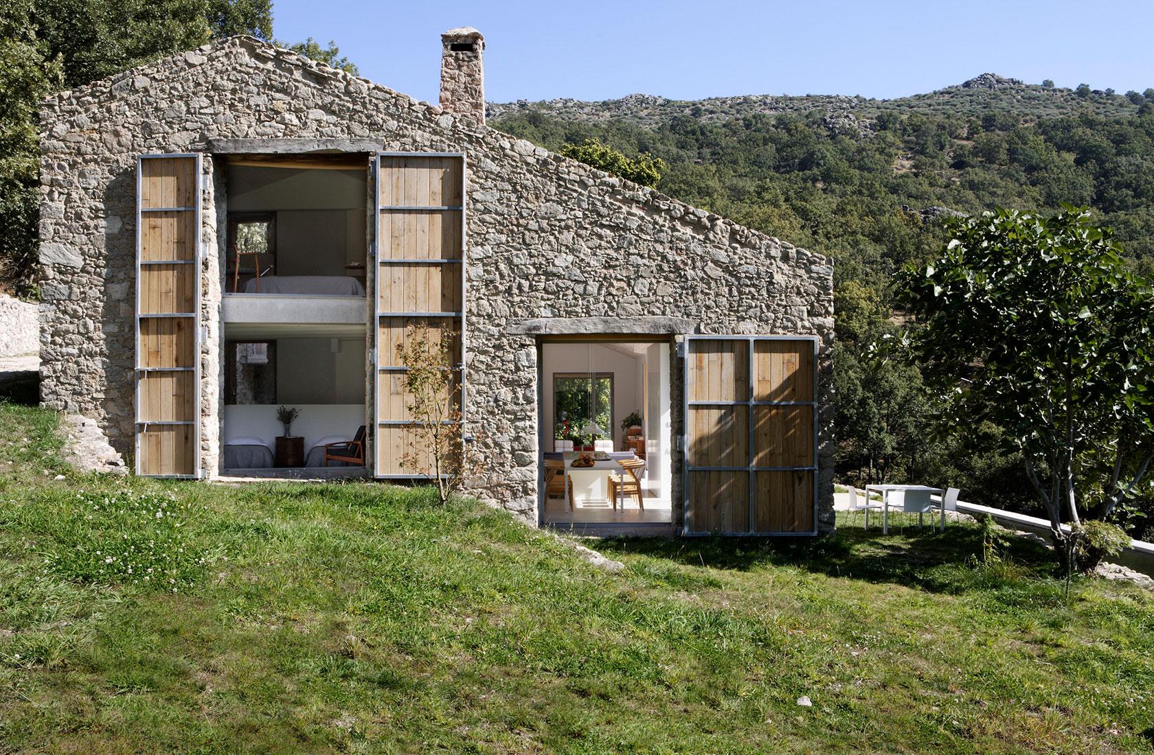 Fachada de piedra del Proyecto Finca en Extremadura