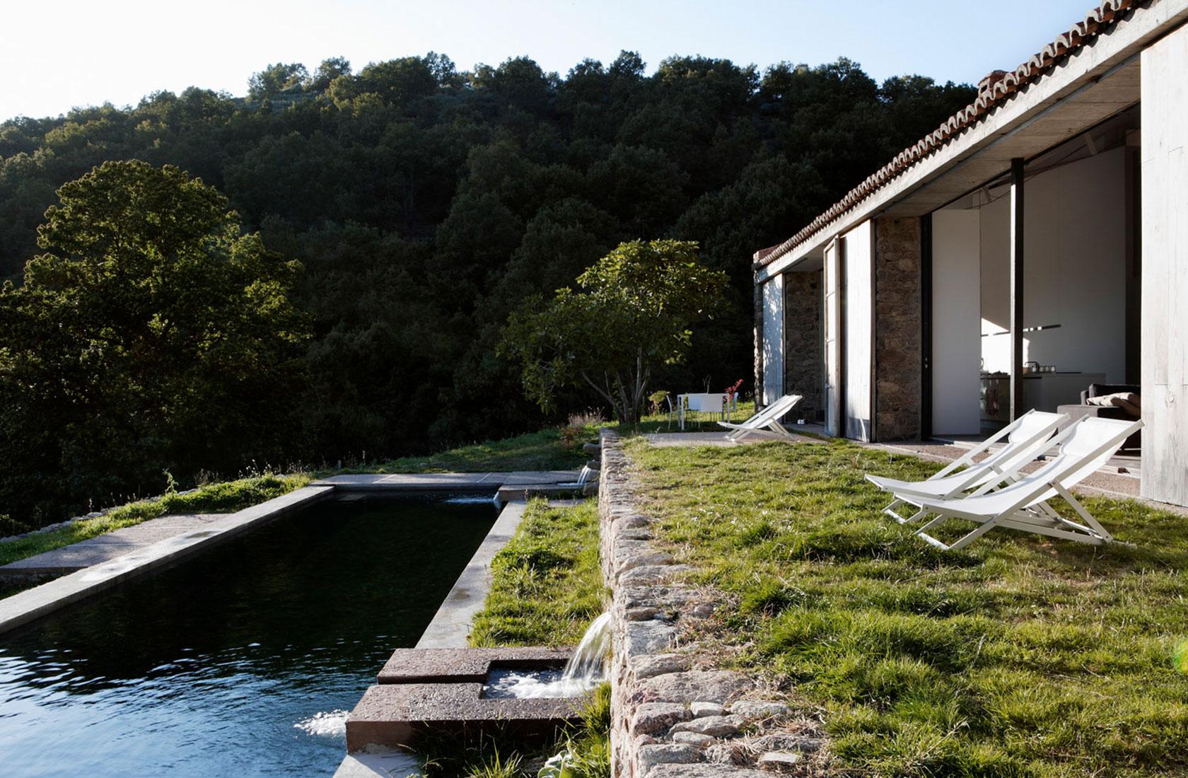 Vista general de la piscina natural de la casa en alquiler Finca en Extremadura