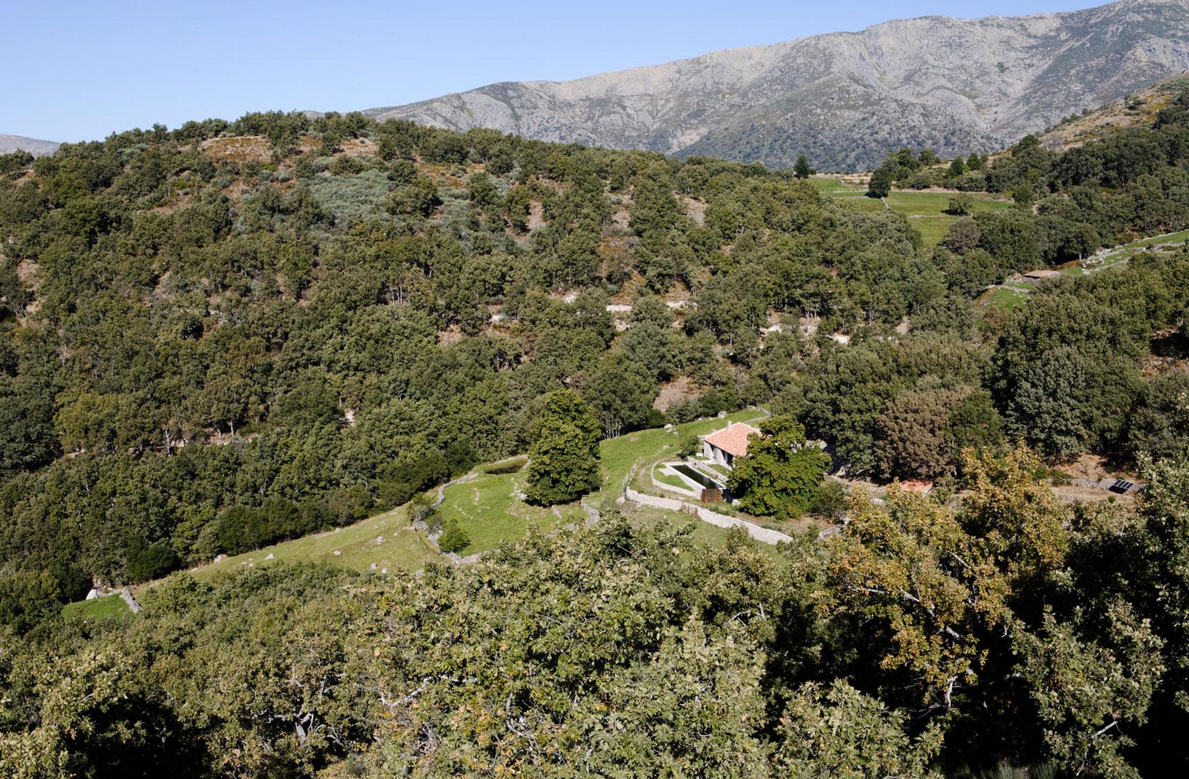 Aérea de la casa de campo reformada Finca Extremadura por ÁBATON