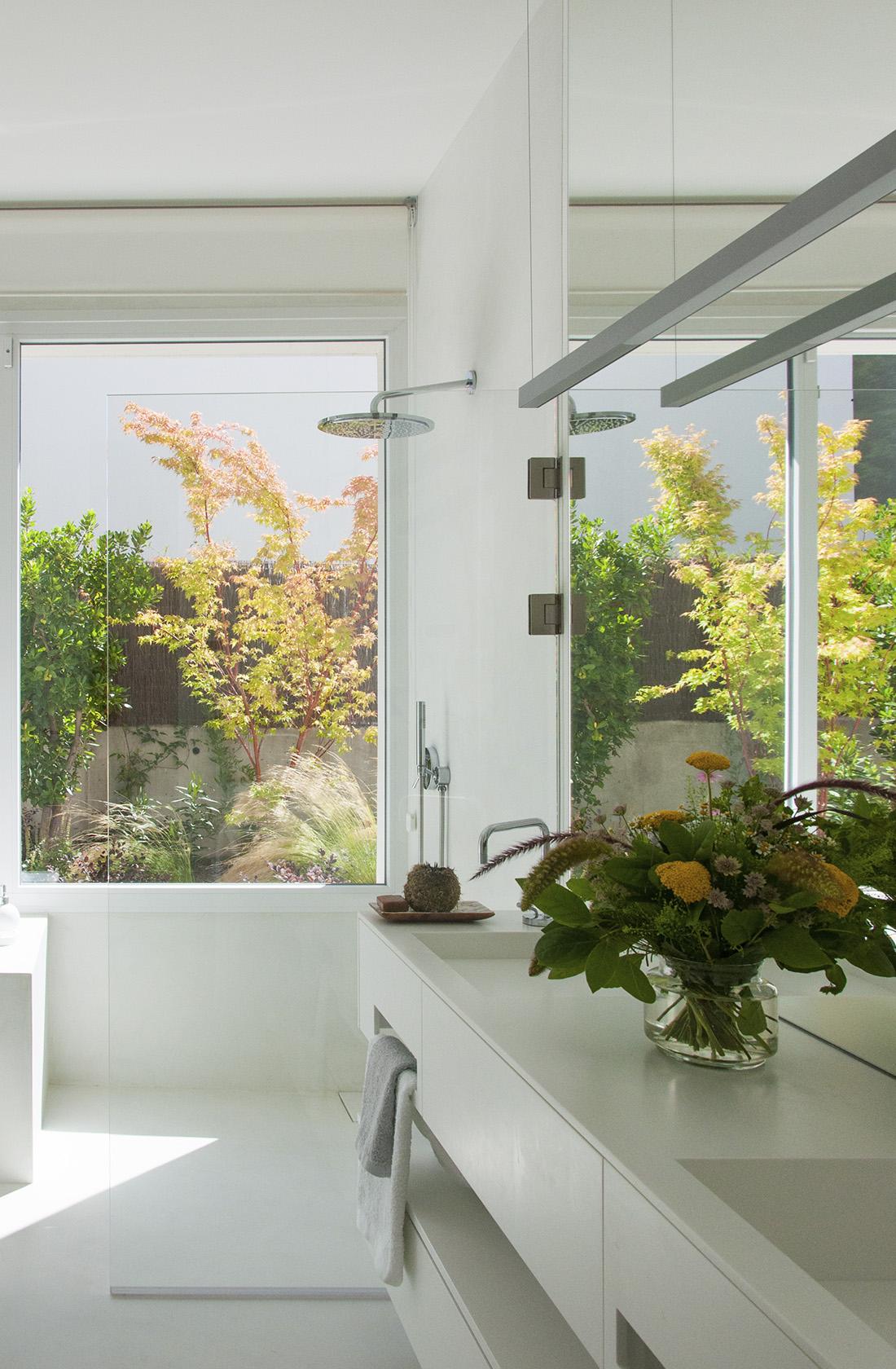 Vista general del baño de Casa JP, una construcción en madera