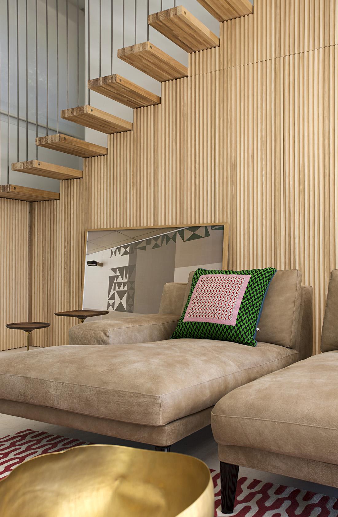 Detalle de la escalera con peldaños volados de Casa JP, construida en madera