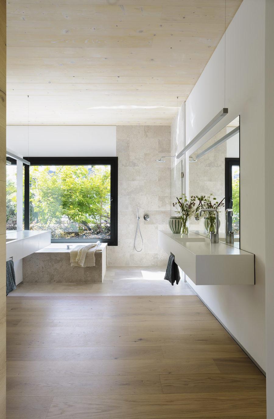 Baño integrado en el dormitorio principal de la Casa CH construida en madera