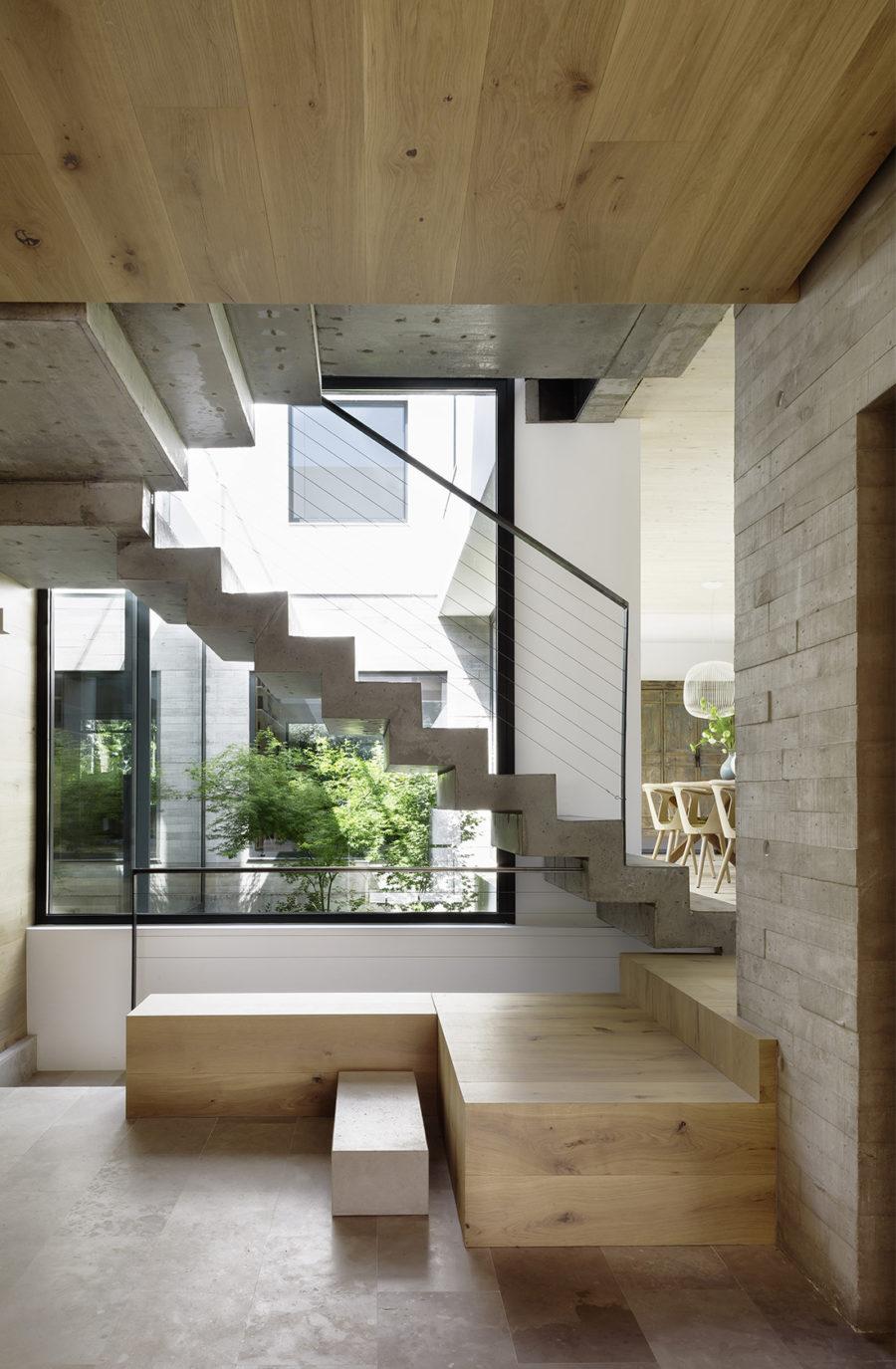 Vista general de la escalera de hormigón y madera de la Casa CH