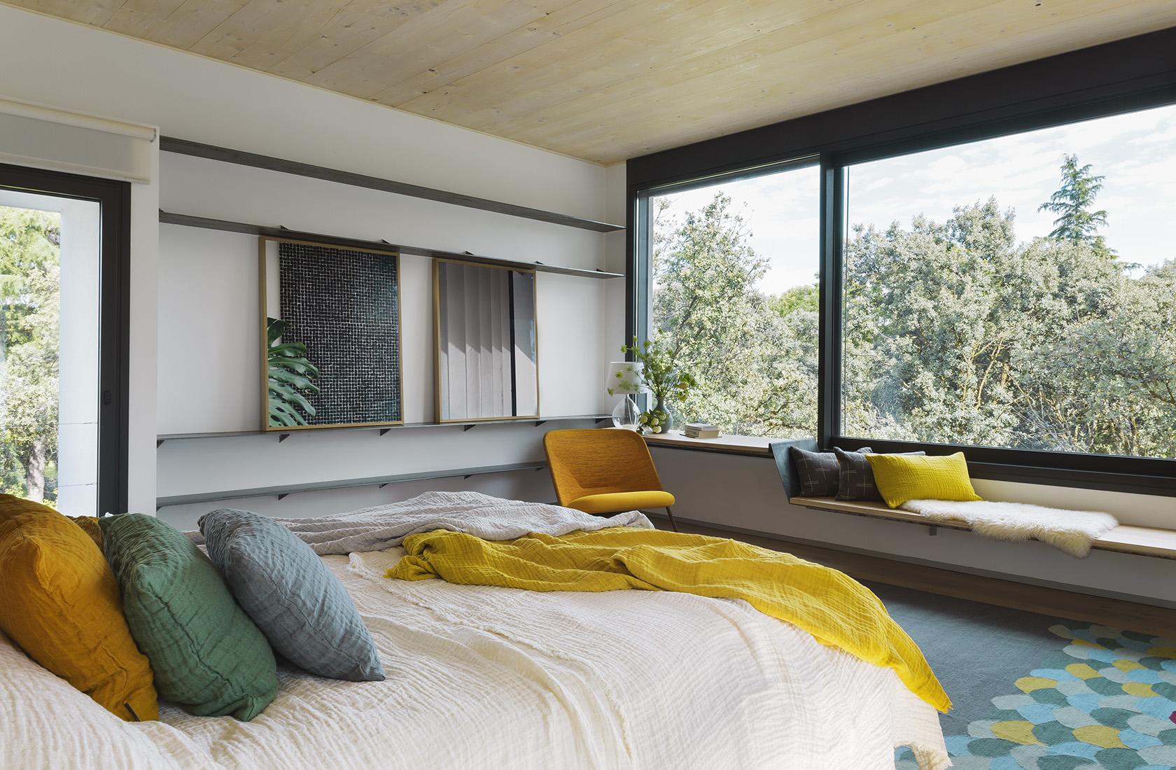 Vista general del dormitorio principal de la Casa CH, una construcción en madera
