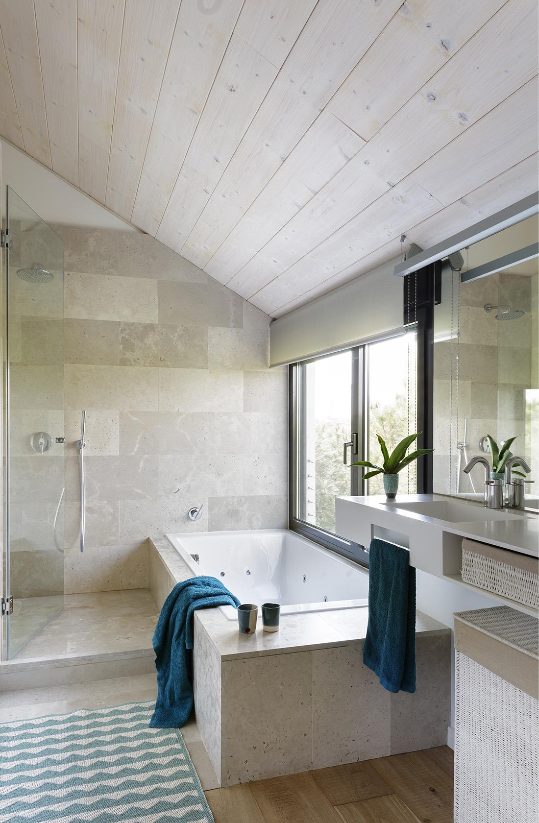 Vista general del baño principal de Casa XY, Arquitectura en madera