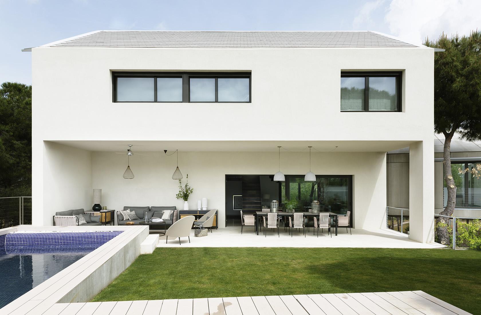 Porche con jardín y piscina Casa XY, Arquitectura en madera