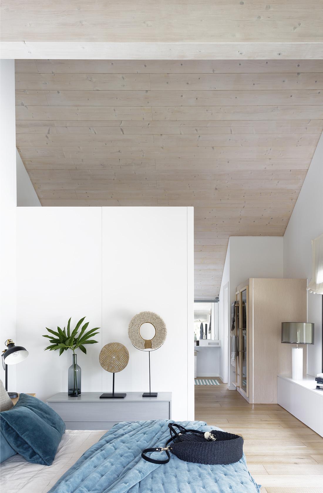 Dormitorio principal con vestidor de la Casa XY, Arquitectura en madera
