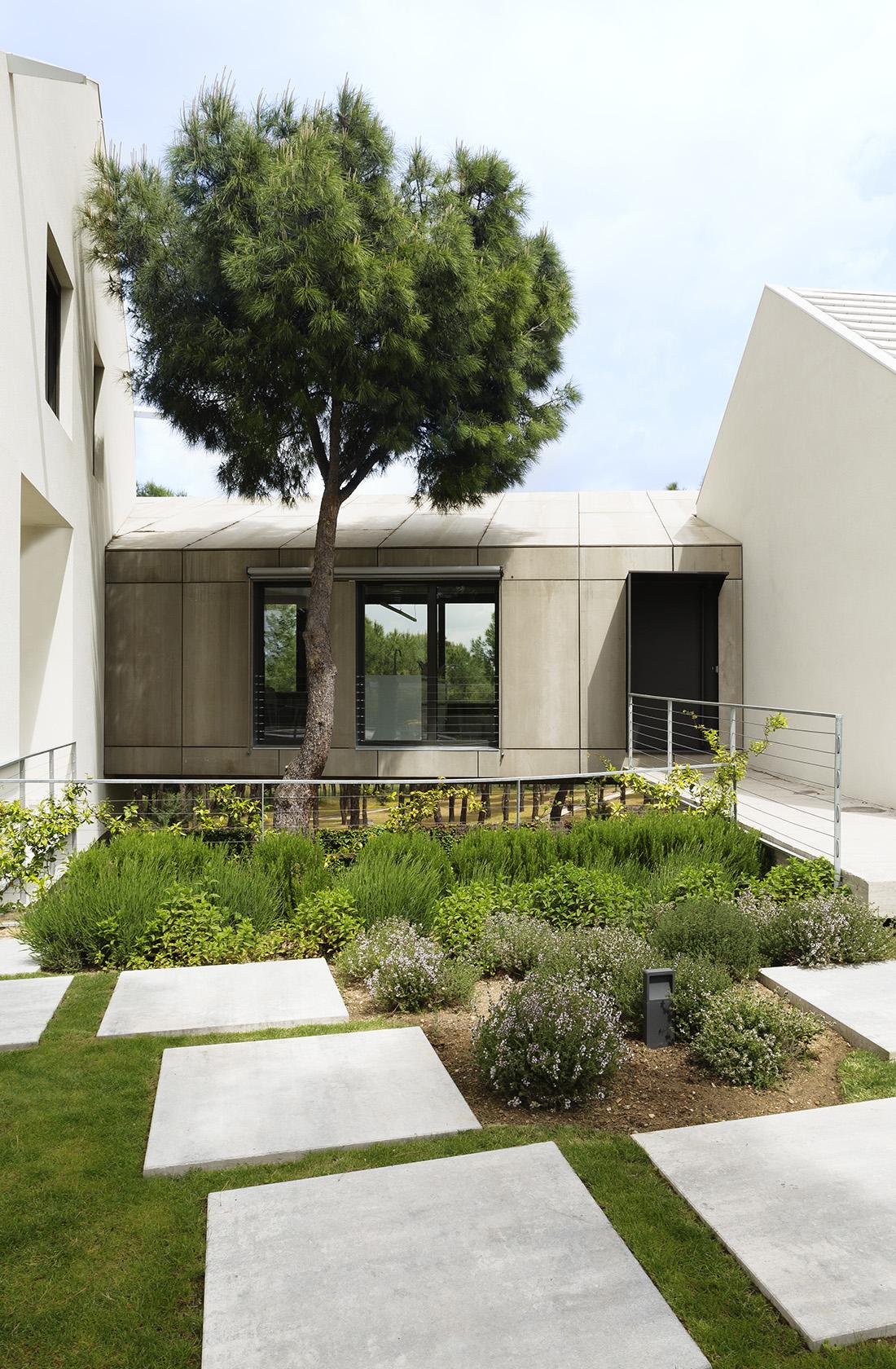 Vista general del Jardín de Casa XY un Proyecto de Arquitectura en madera