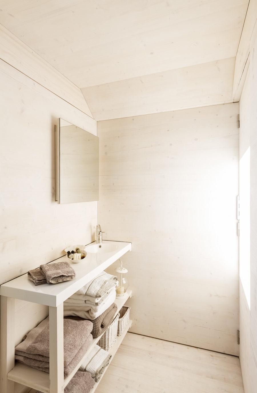 Vista general del baño construido en madera la vivienda trasportable ÁPH