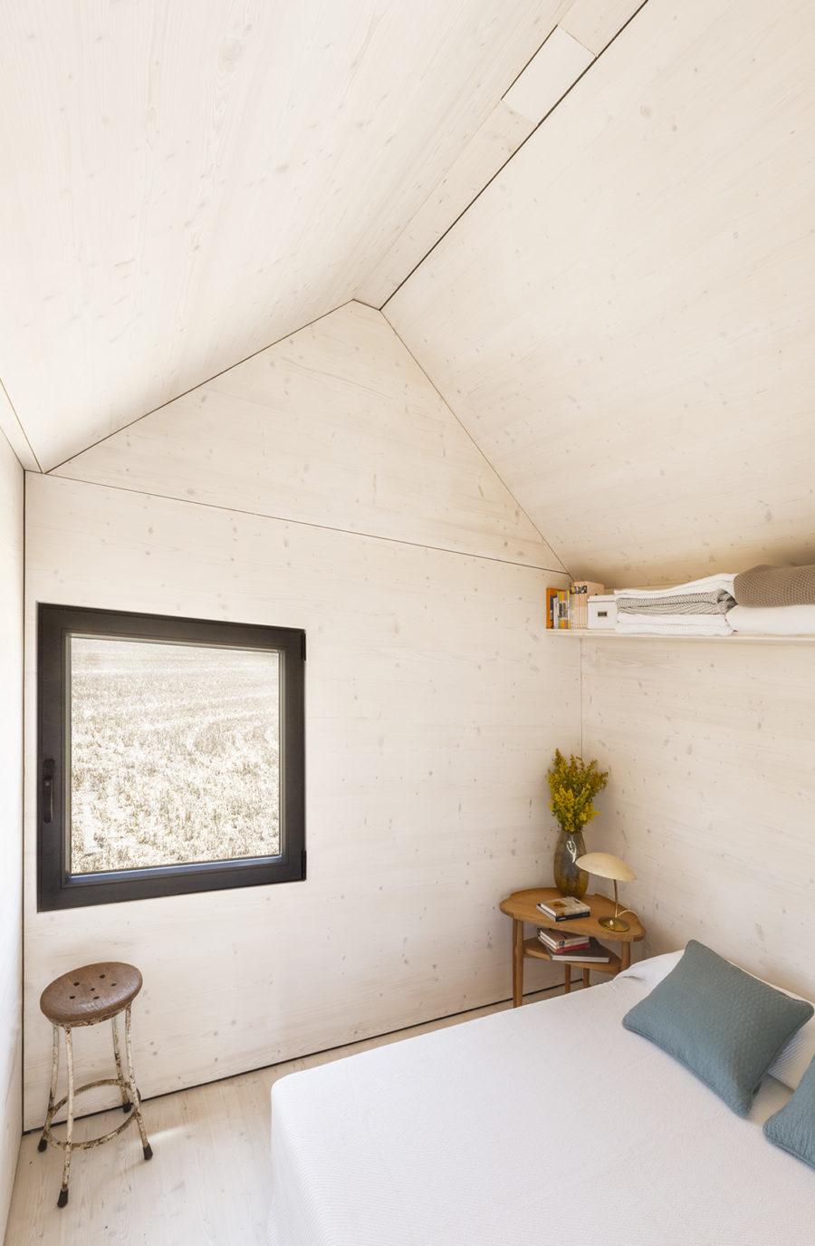Vista general del dormitorio ccon luz exterior de la vivienda trasportable ÁPH