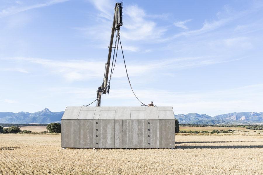 Detalle del proceso de montaje de la vivienda de madera transportable ÁPH