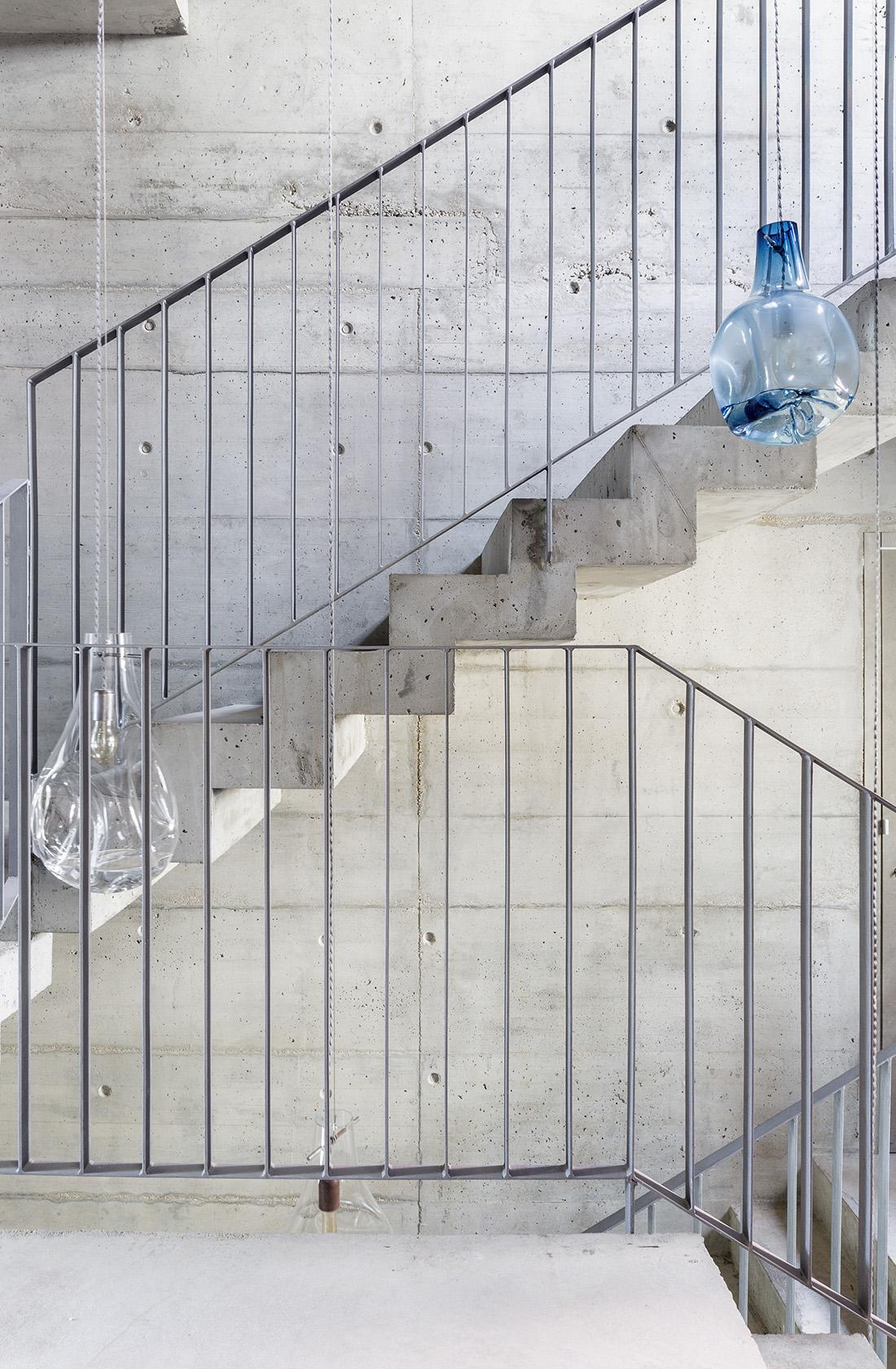 Detalle de las escaleras de hormigón visto, hotel micaenlisboa