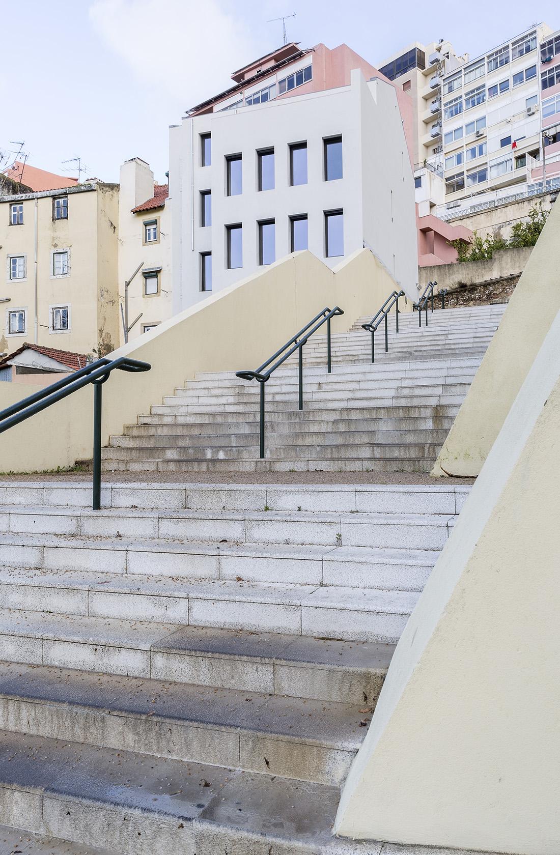 Acceso al hotel reformado en Lisboa por ÁBATON