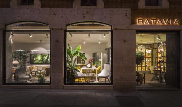 miniatura - Vista general del acceso al showroom de BATAVIA situada en un edificio protegido de Madrid