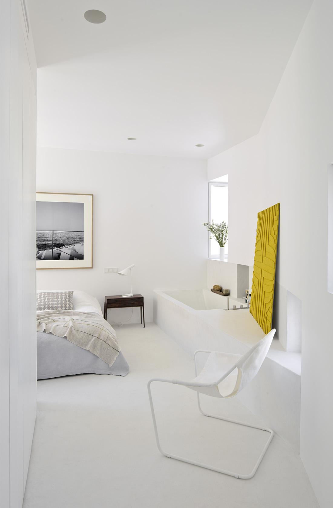 habitacion principal con baño de la reforma integral en alcalá con interiorismo batavia