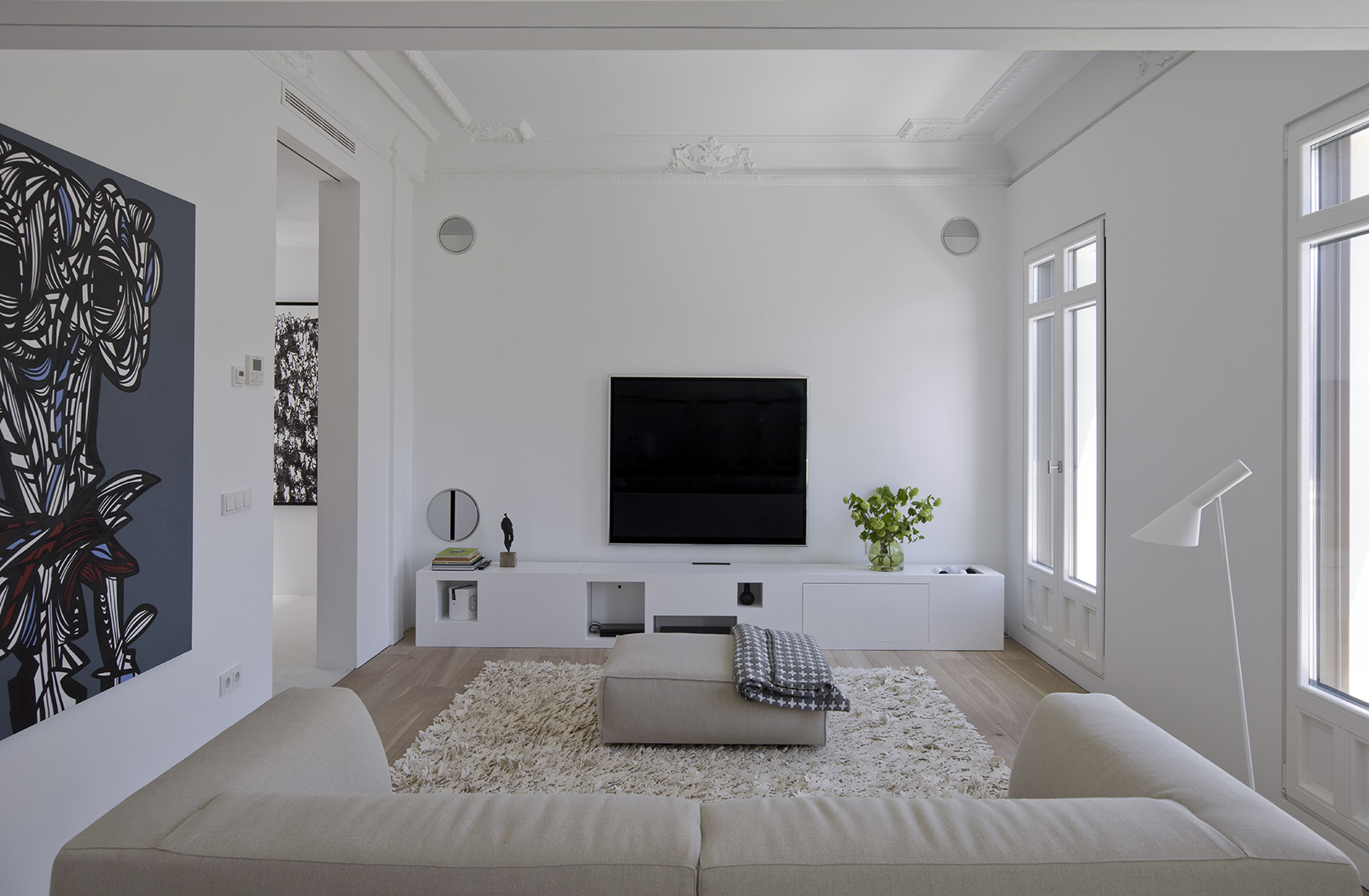 elementos clásicos y históricos en la sala de estar de la reforma integral en alcalá