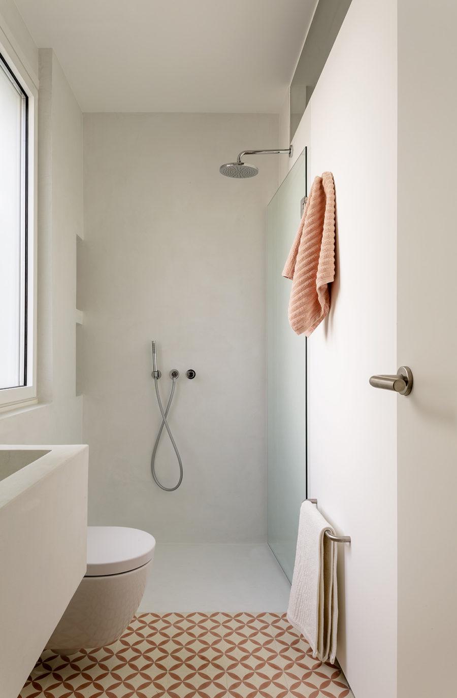Aseo reformado con amplia ducha del Ático sobre el Parque del Retiro