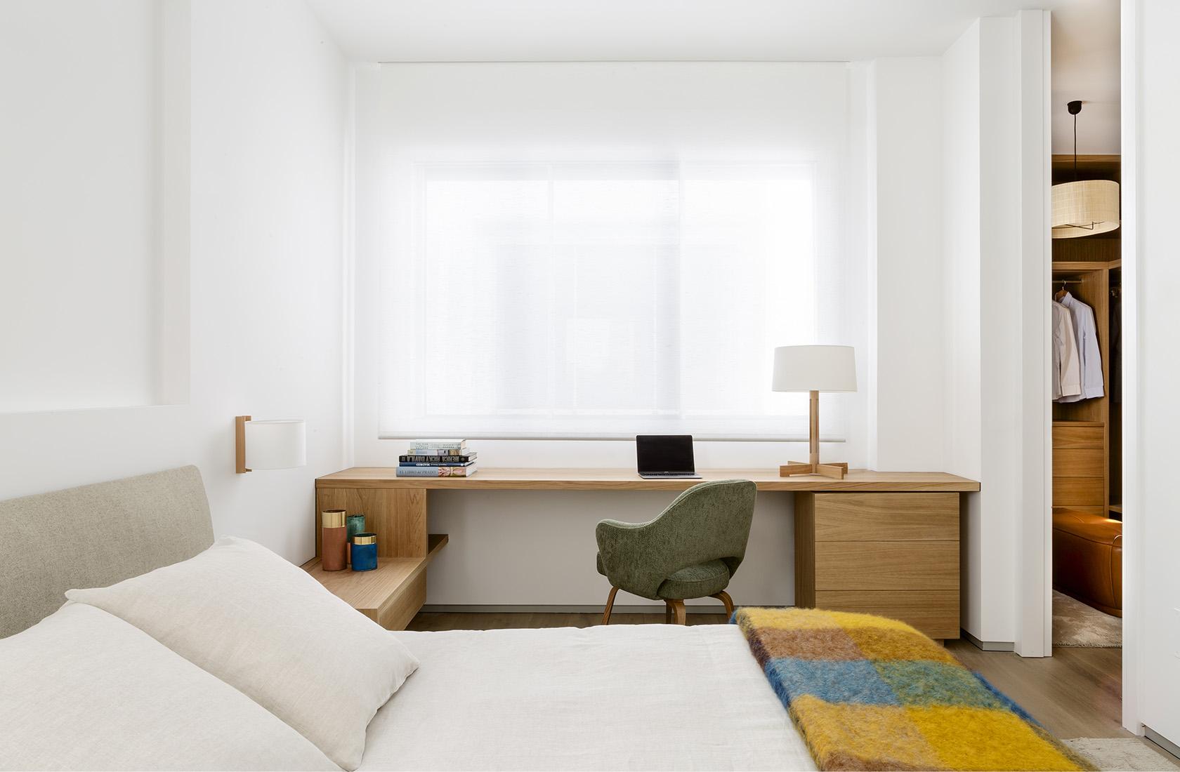 Dormitorio principal con vestidor a medida del Ático reformado sobre el Parque del Retiro