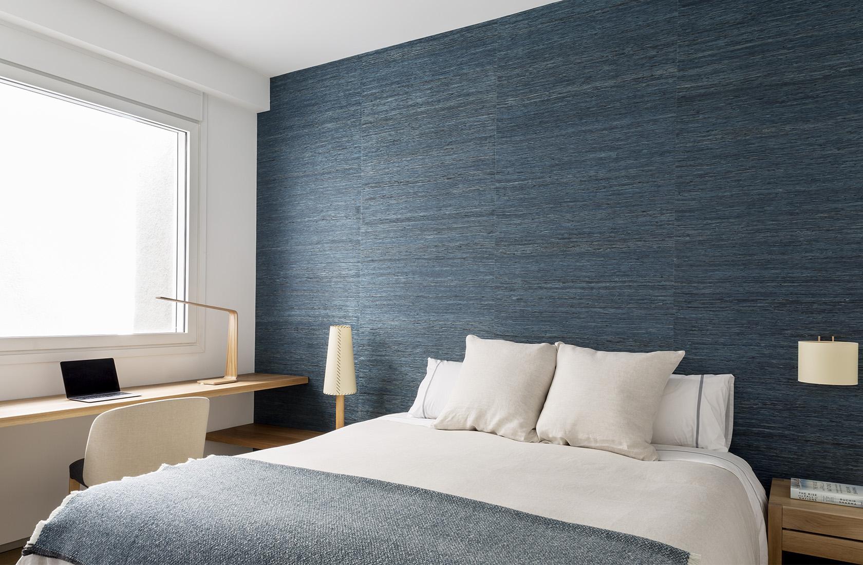 Detalle de la reforma en el dormitorio del Ático sobre el Parque del Retiro. Habitación en tonos azules.