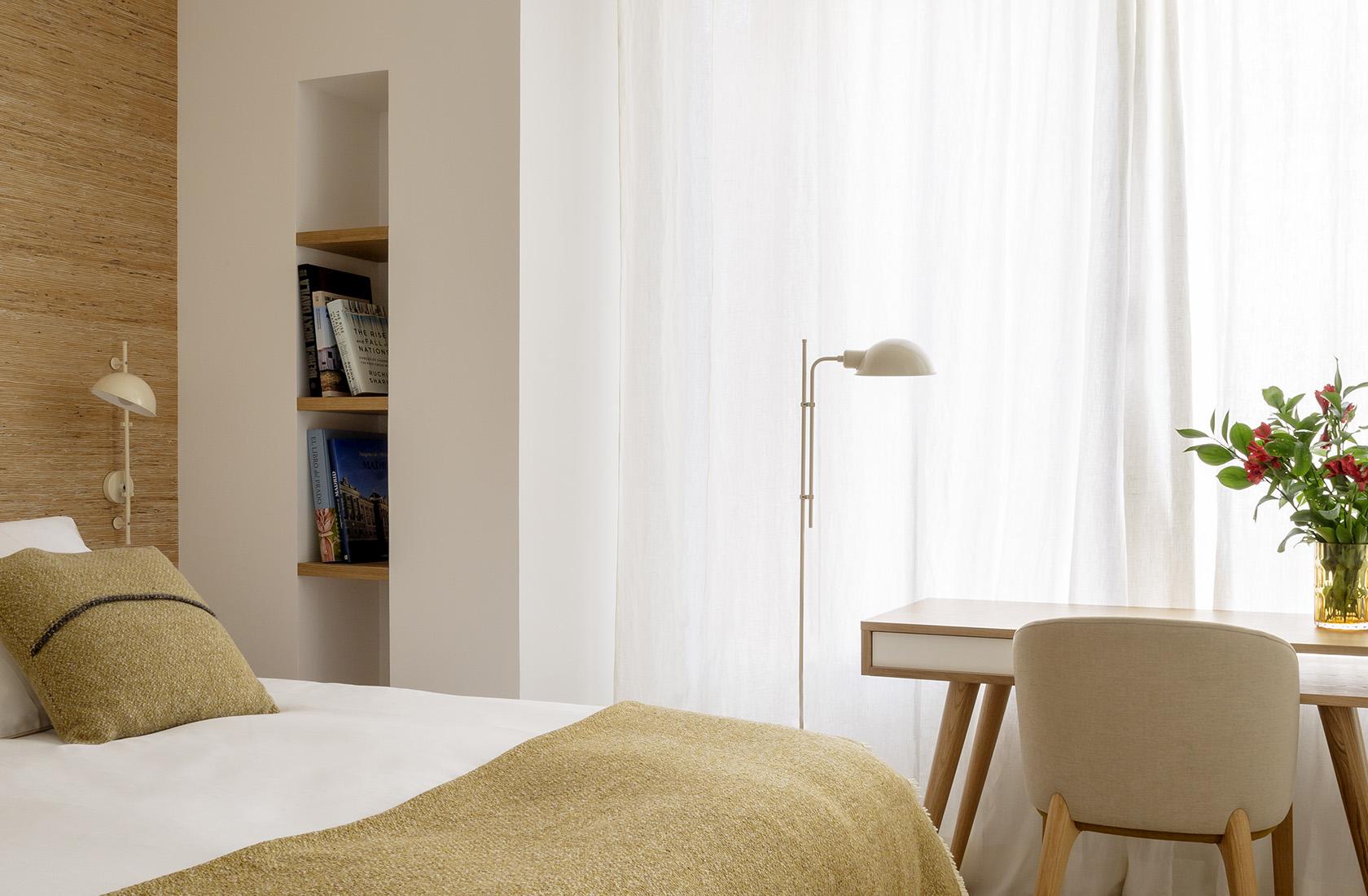 Detalle del dormitorio reformado del Ático sobre el Parque del Retiro. Habitación en tonos ocres.