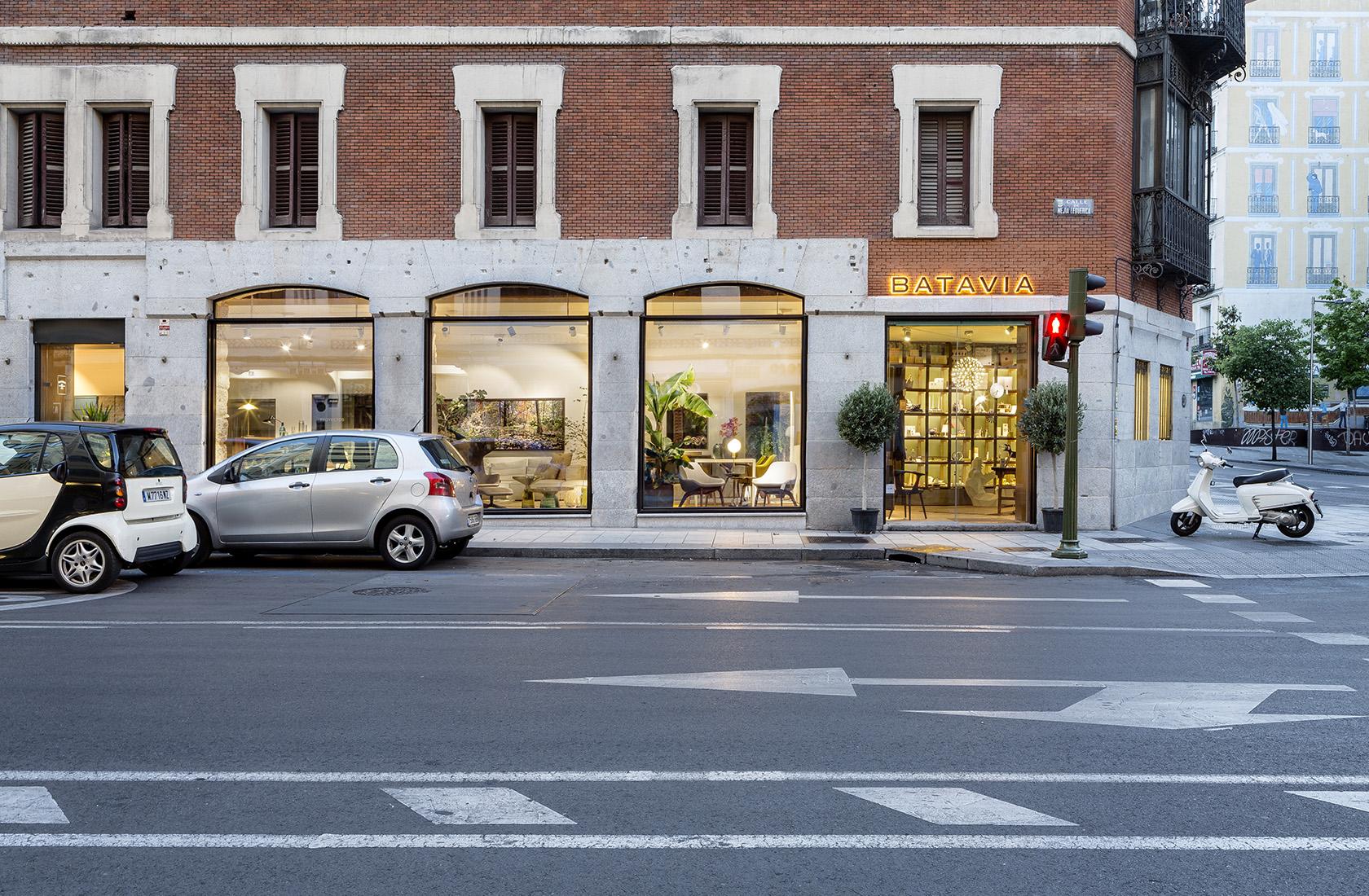 Exterior del showroom de BATAVIA situado en palacete rehabilitado de Madrid