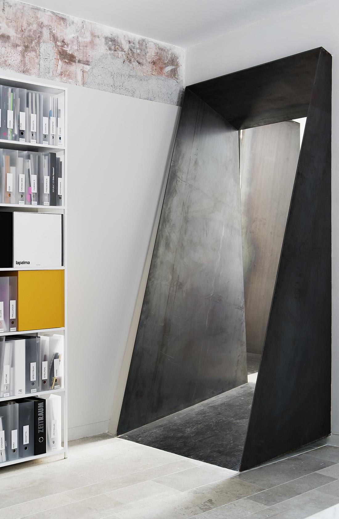 Vista de la embocadura de acero que conecta espacios del showroom de BATAVIA