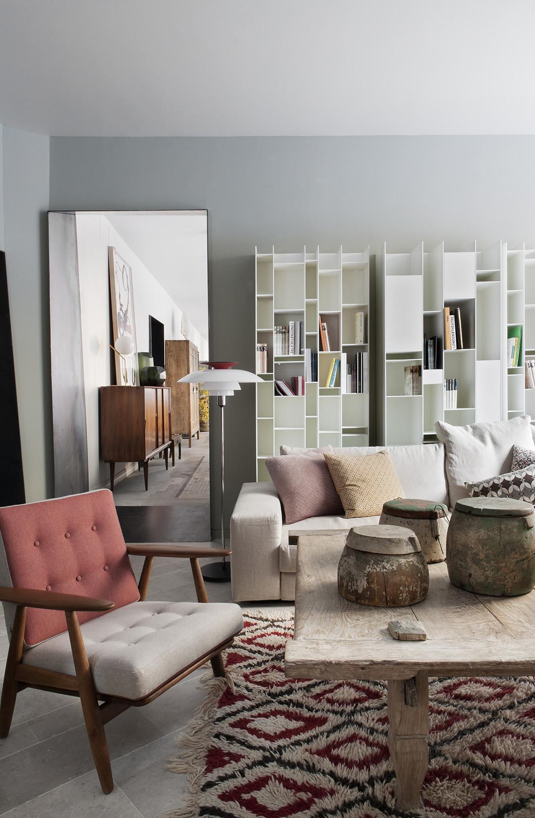 Cuidada selección de muebles Showroom BATAVIA