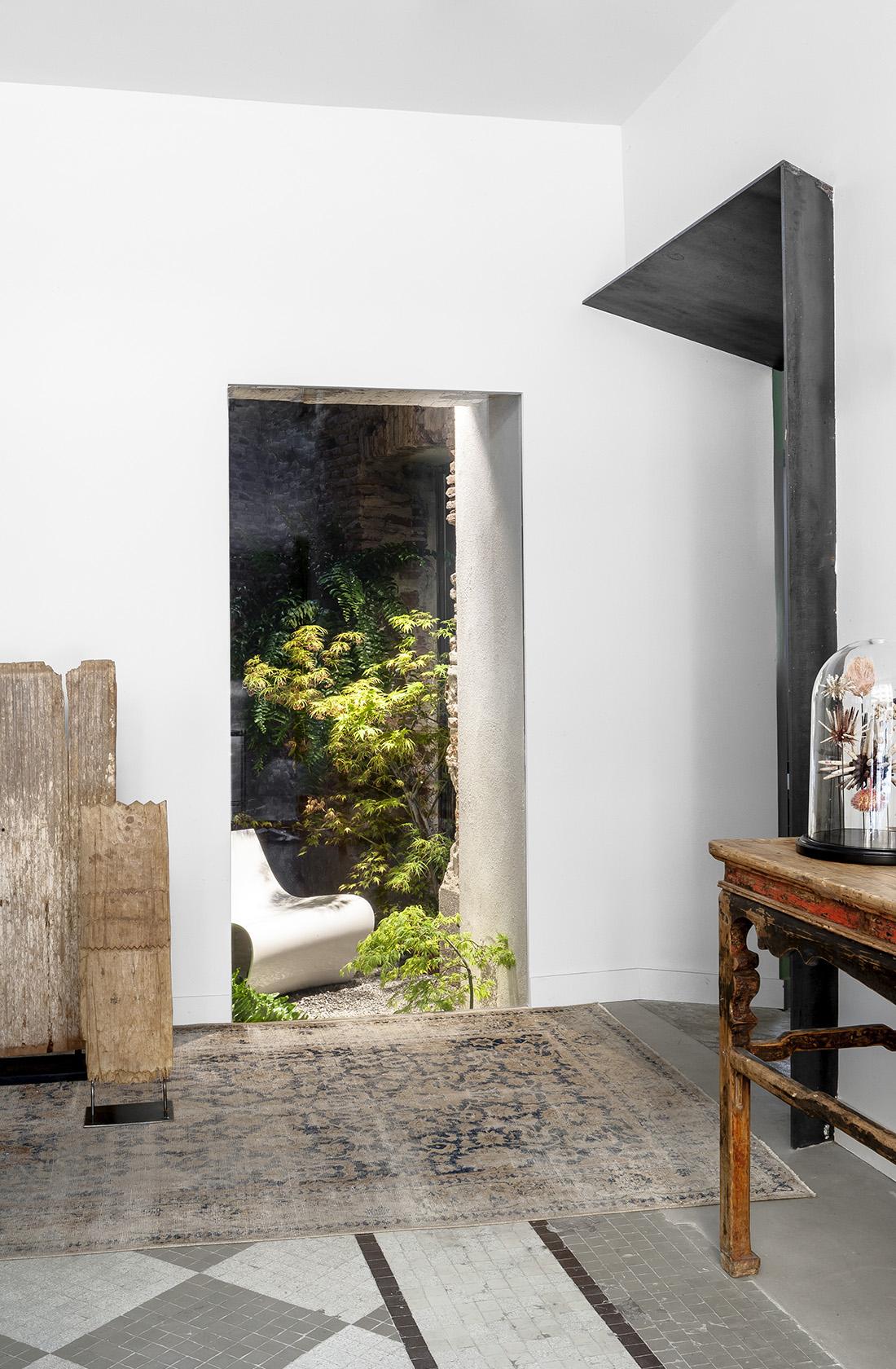 Detalle del suelo hidráulico y patio interior rehabilitados en el palacete protegido