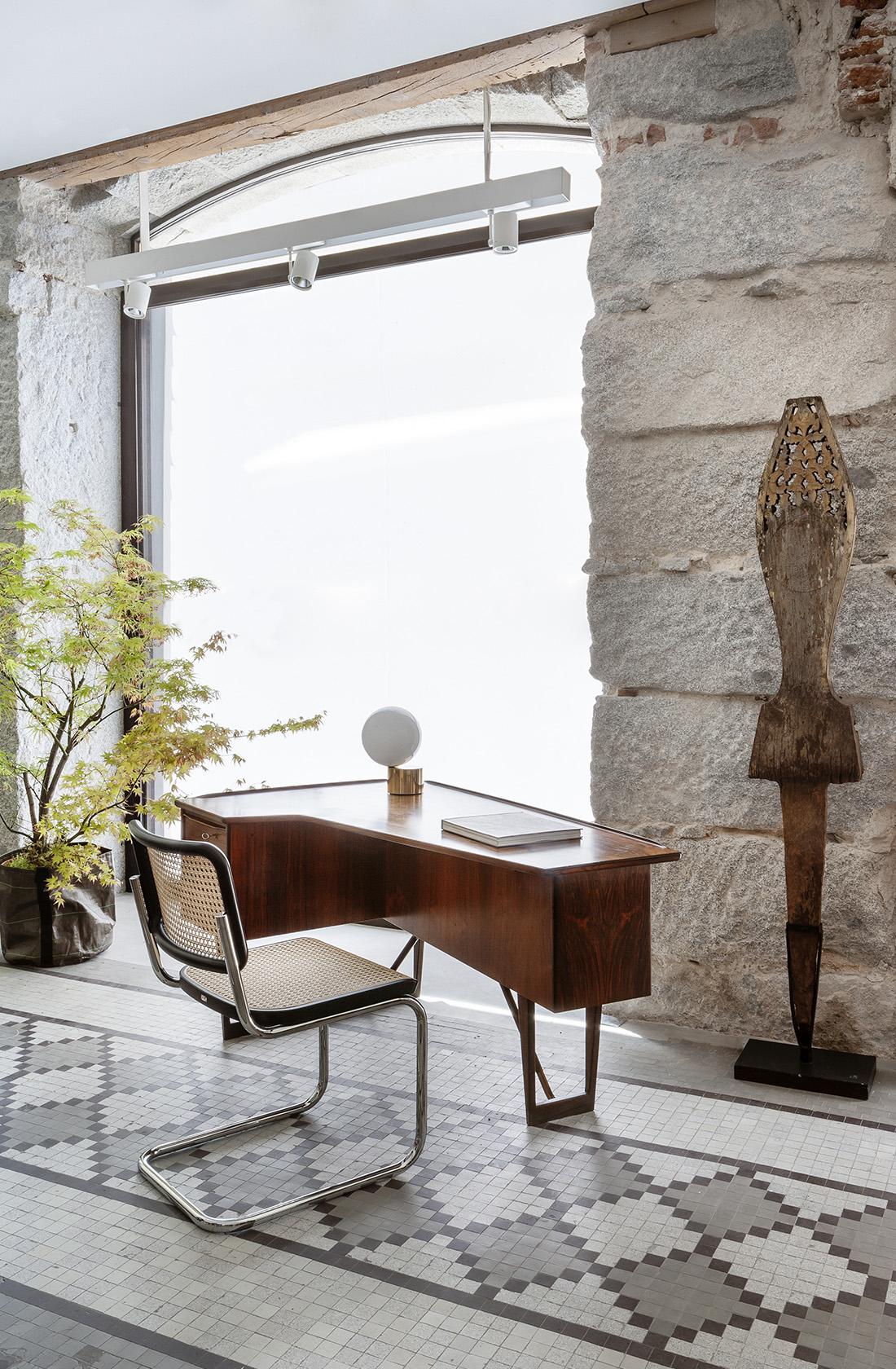 Vista del ventanal que proporciona luz natural al showroom de BATAVIA