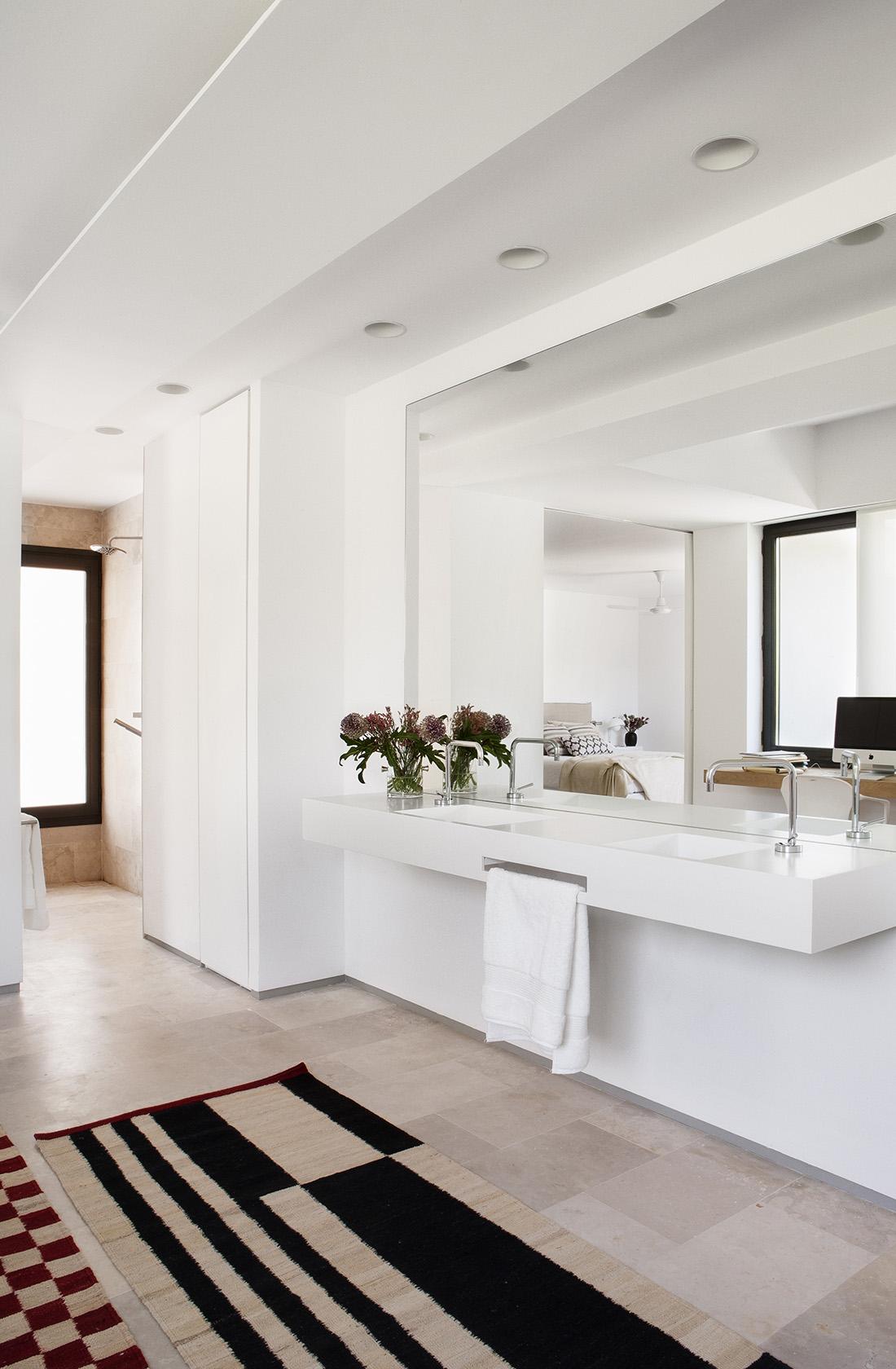 Baño principal con luz exterior de la vivienda reformada integralmente en La Moraleja