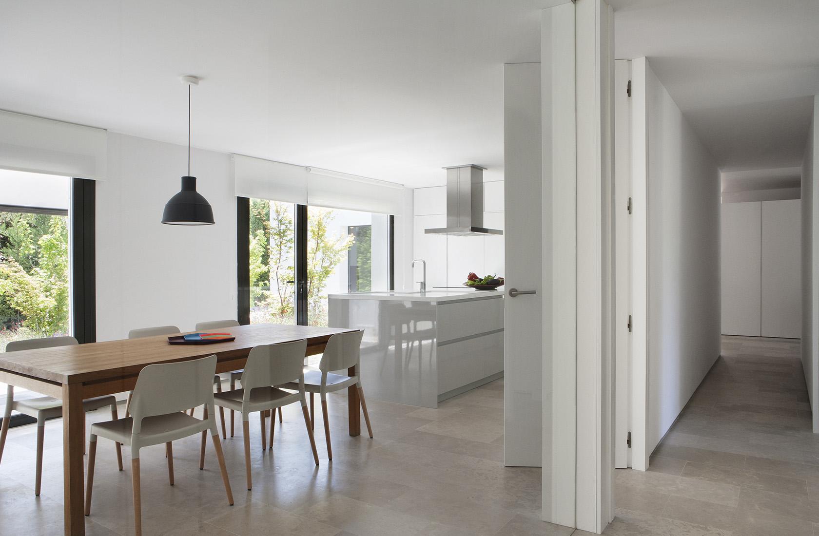 Acceso a la cocina con office de la vivienda reformada integralmente en La Moraleja