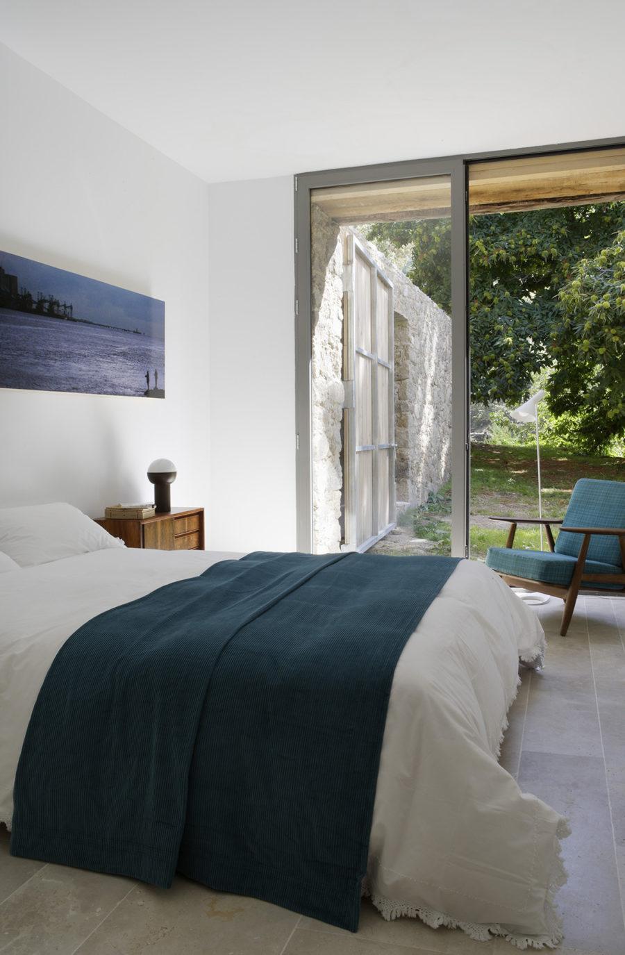 Vista general de la habitación con luz natural de la casa de campo reformada
