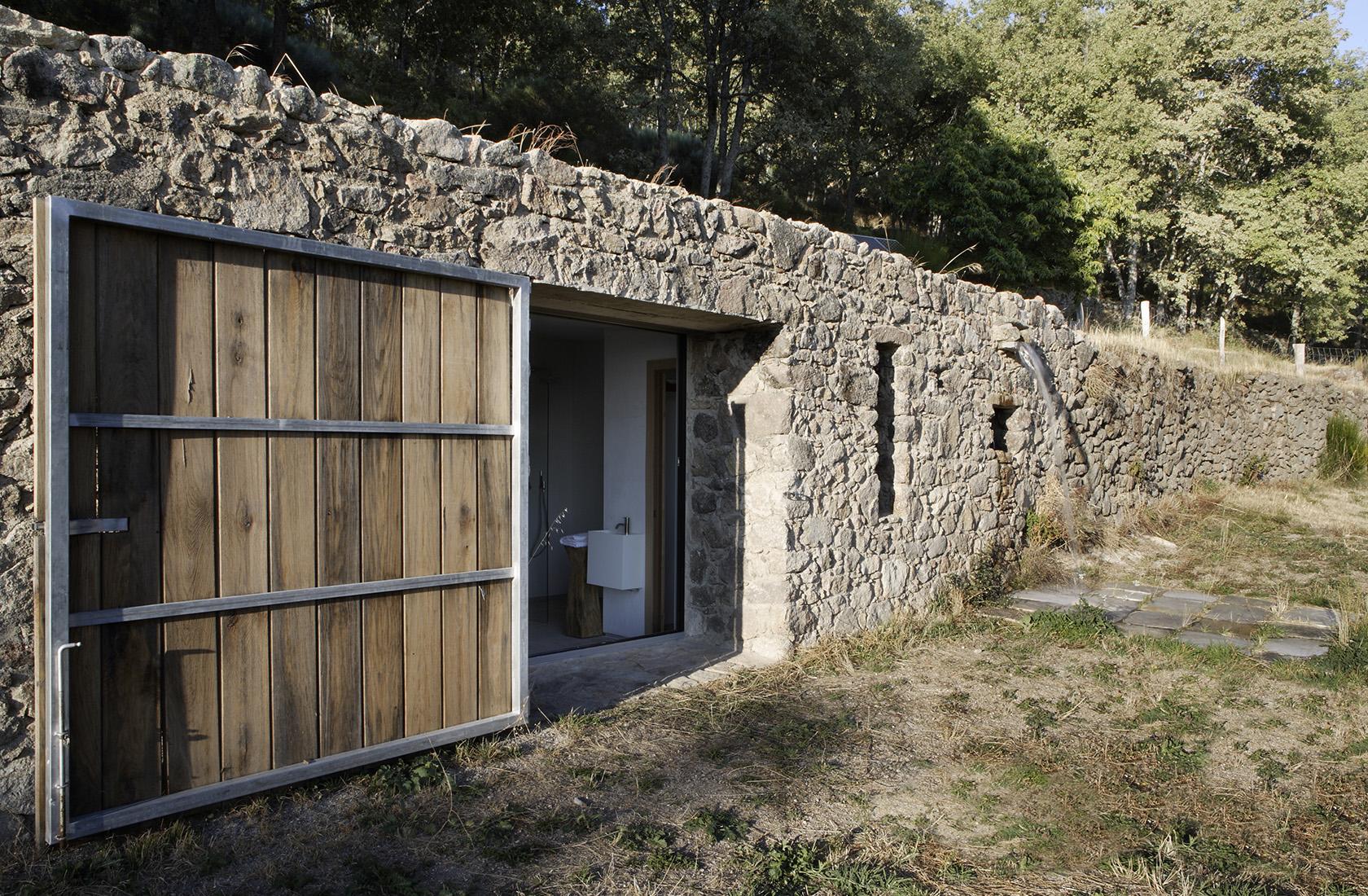 Contraventana de madera con acceso a la habitación