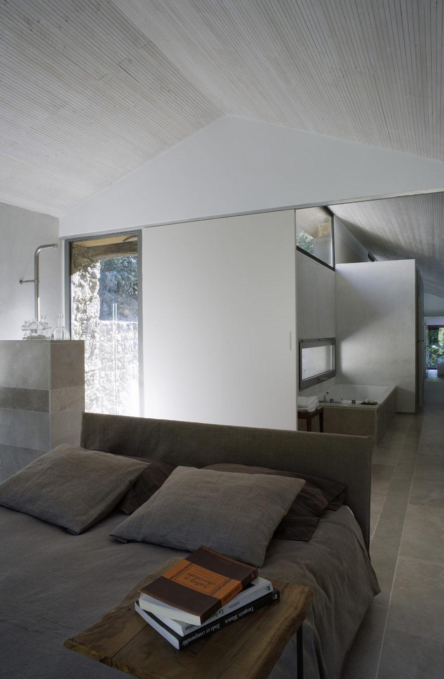 Detalle de la habitación con techos inclinados de madera