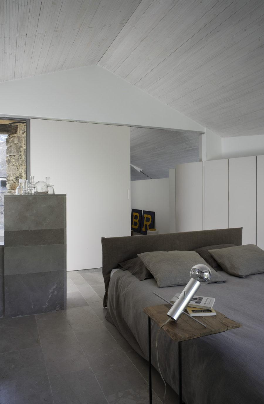 Detalle de la habitación con vestidor de la casa de campo reformada