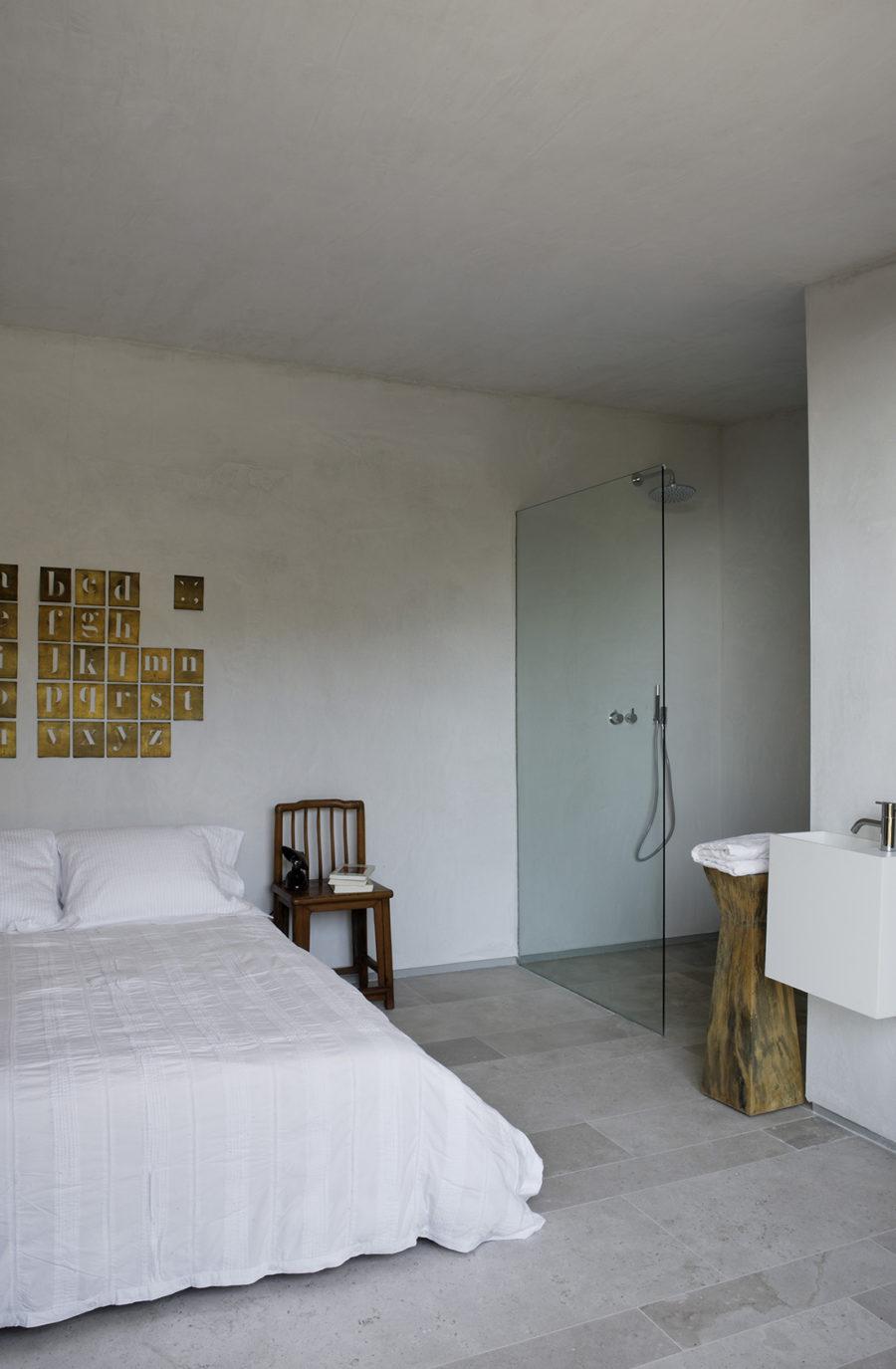 Detalle de la habitación en suite de la casa de campo reformada