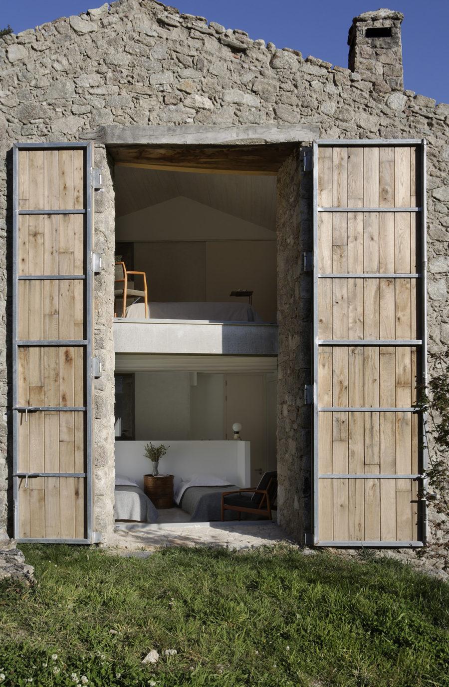 Grandes contraventanas de madera en la fachada reformada