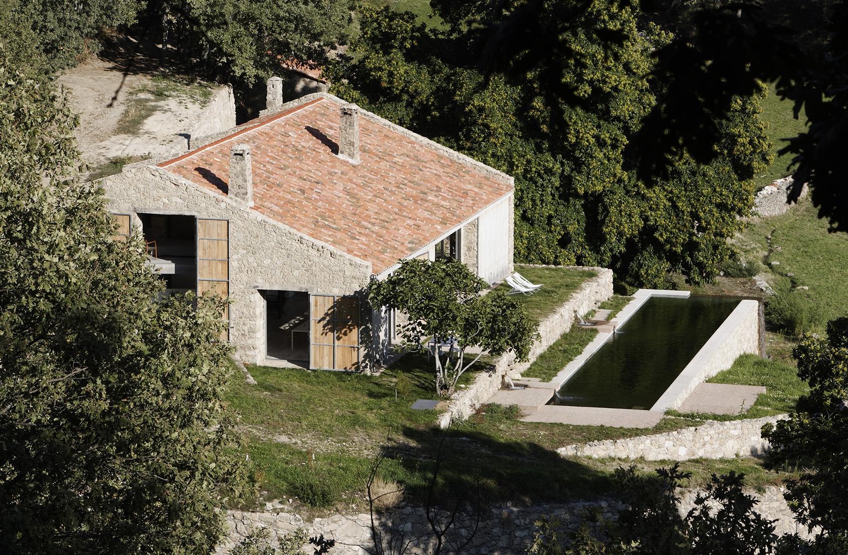 Vista panorámica de la casa de campo reformada en Extremadura