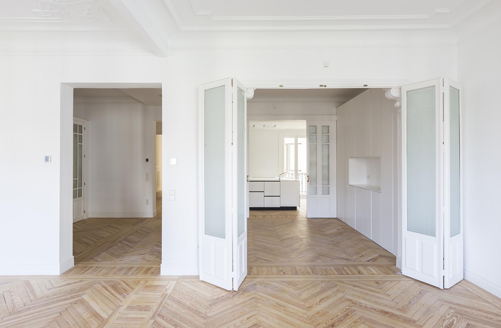 Salón de la reforma integral realizada por el estudio Ábaton Arquitectura en un piso en el centro de Madrid
