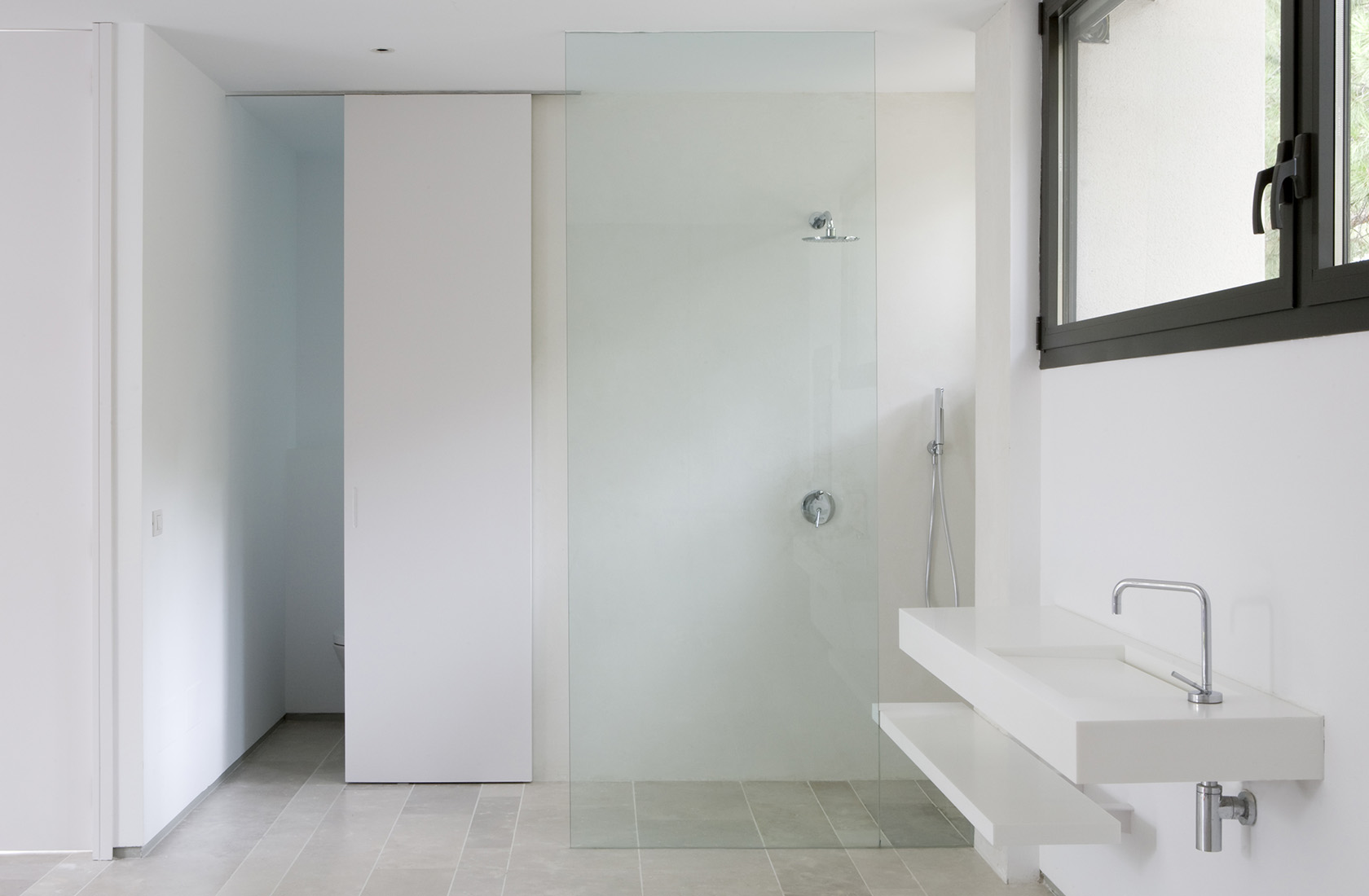 Baño principal del showroom de ÁBATON Arquitectura