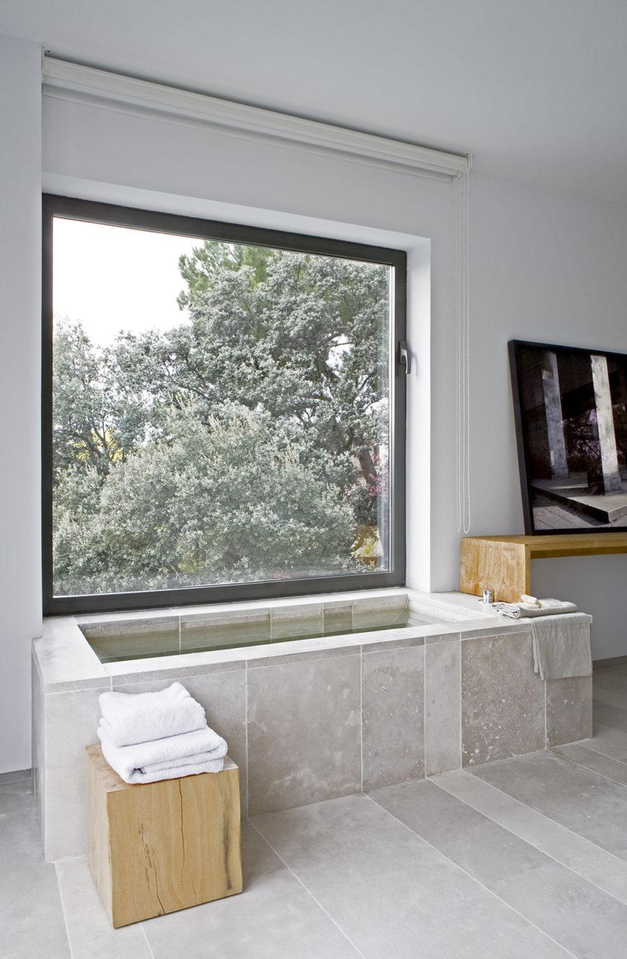 Visa general de la bañera con luz natural en el dormitorio de ÁBATON