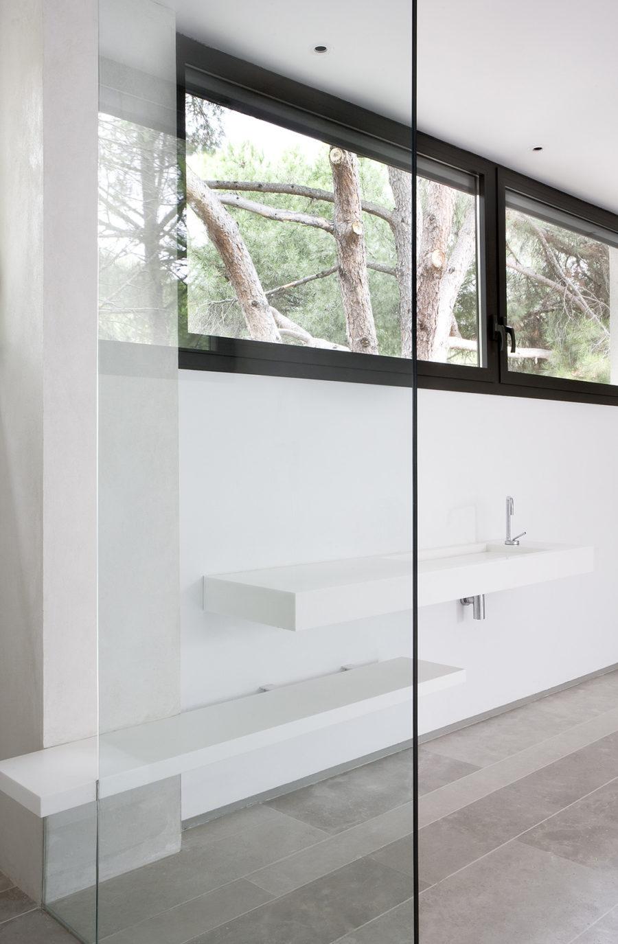 Detalle de la zona de aseo del showroom de ÁBATON Arquitectura