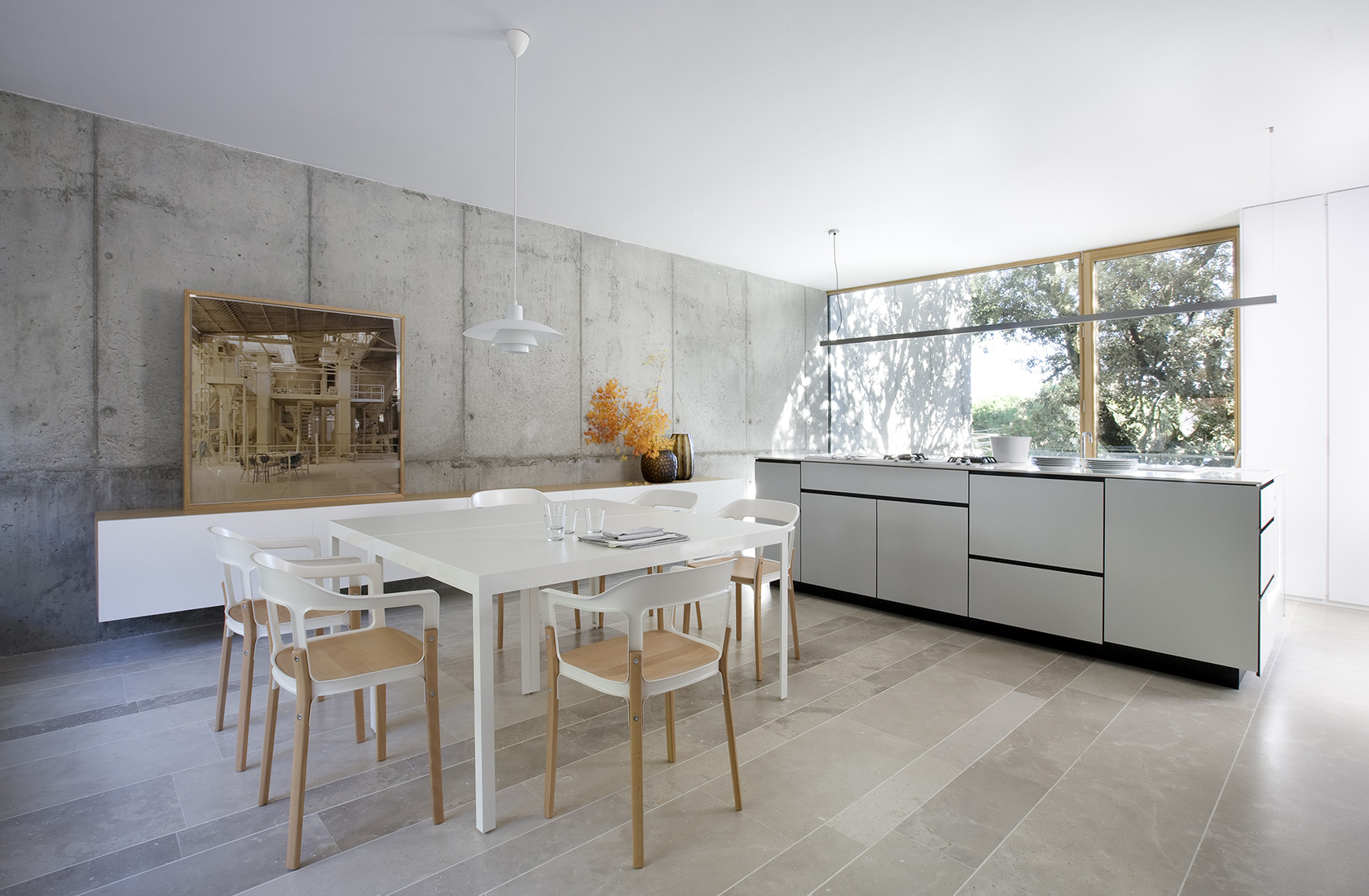 Cocina con zona de comedor en la sede de ÁBATON Arquitectura