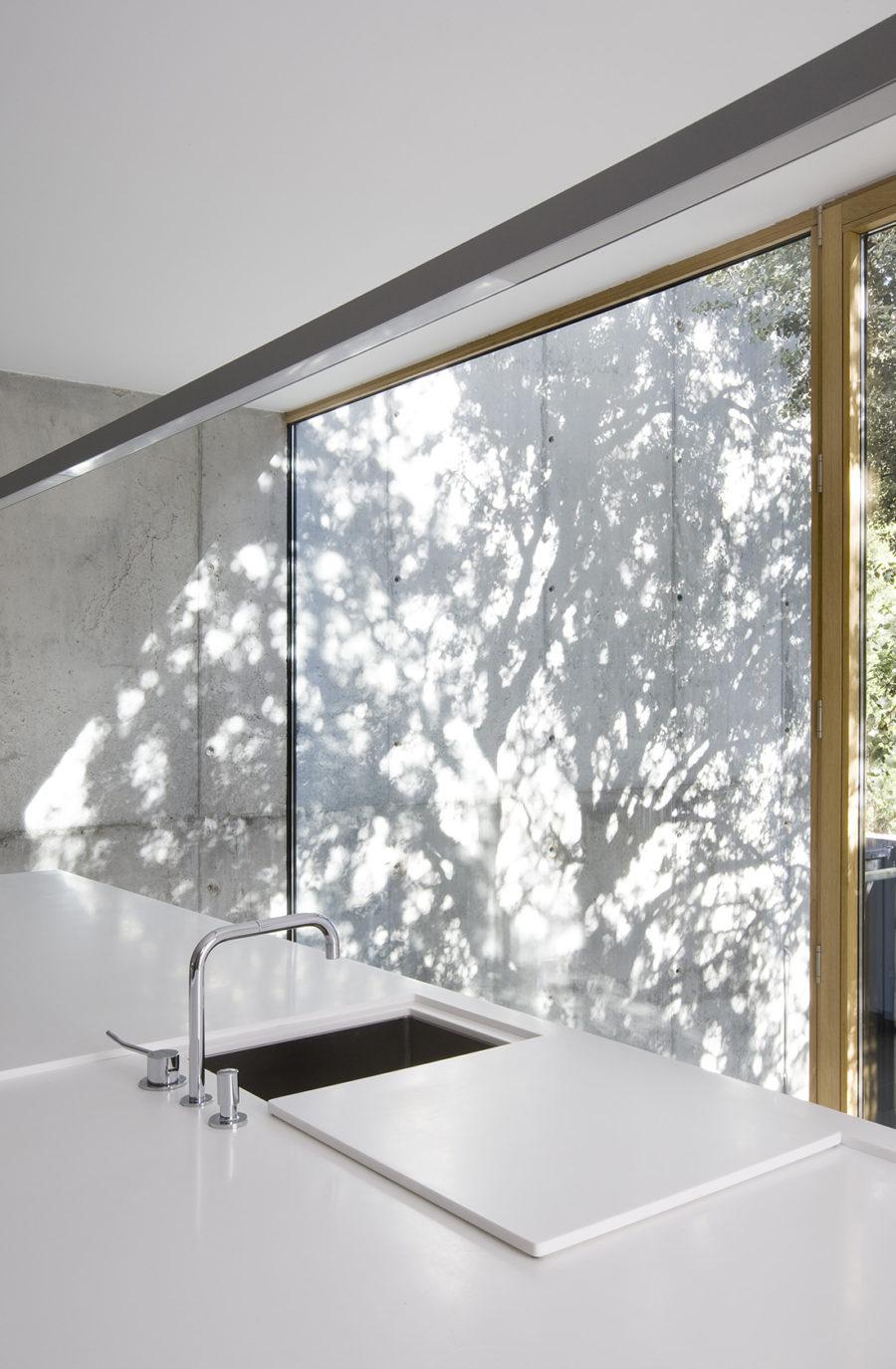 Detalle de la carpintería a medida en la cocina de ÁBATON Arquitectura