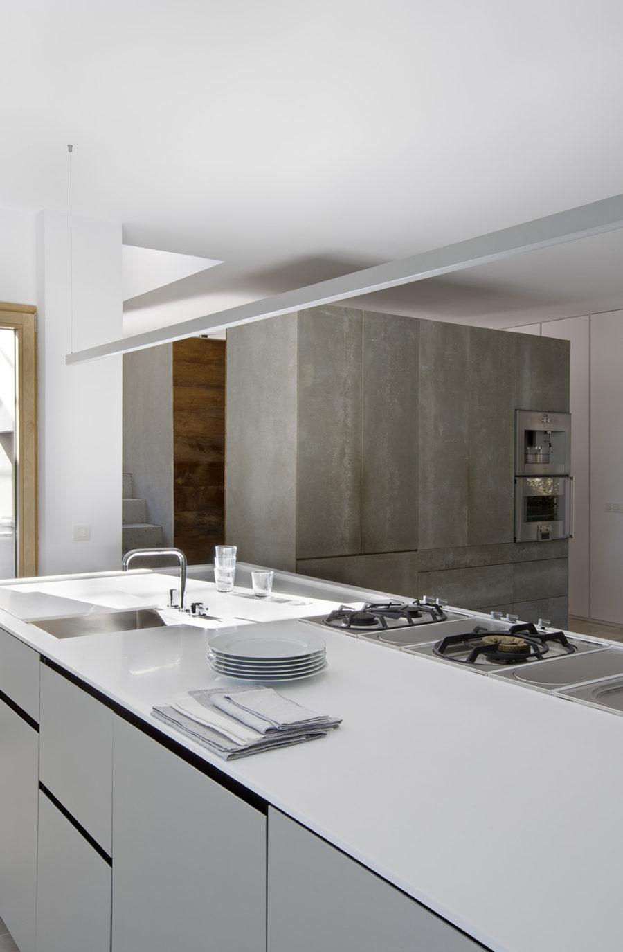 Detalle de la isla en la cocina del showroom de ÁBATON Arquitectura