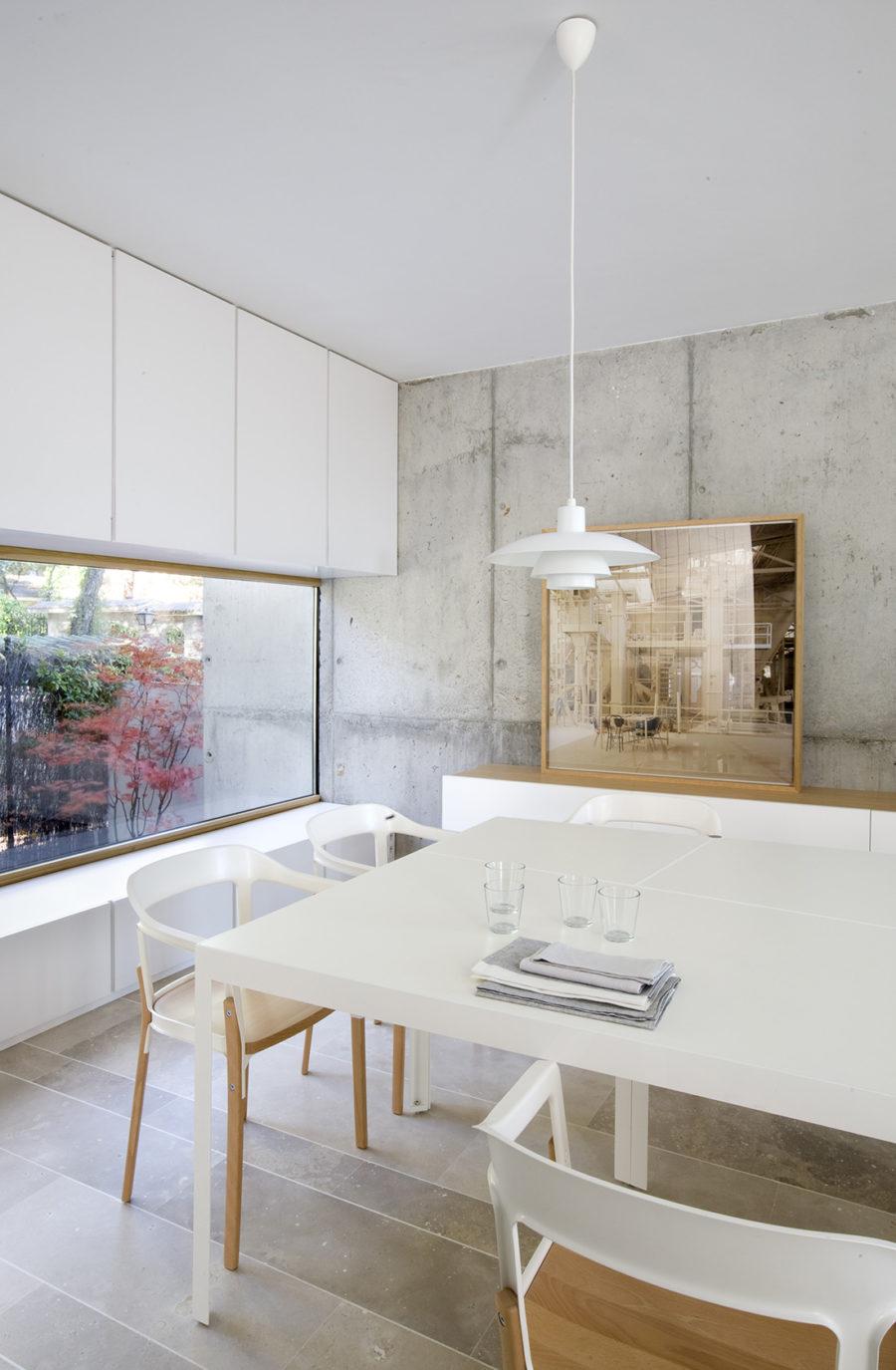 Vista general del comedor con vistas al jadín en ÁBATON Arquitectura