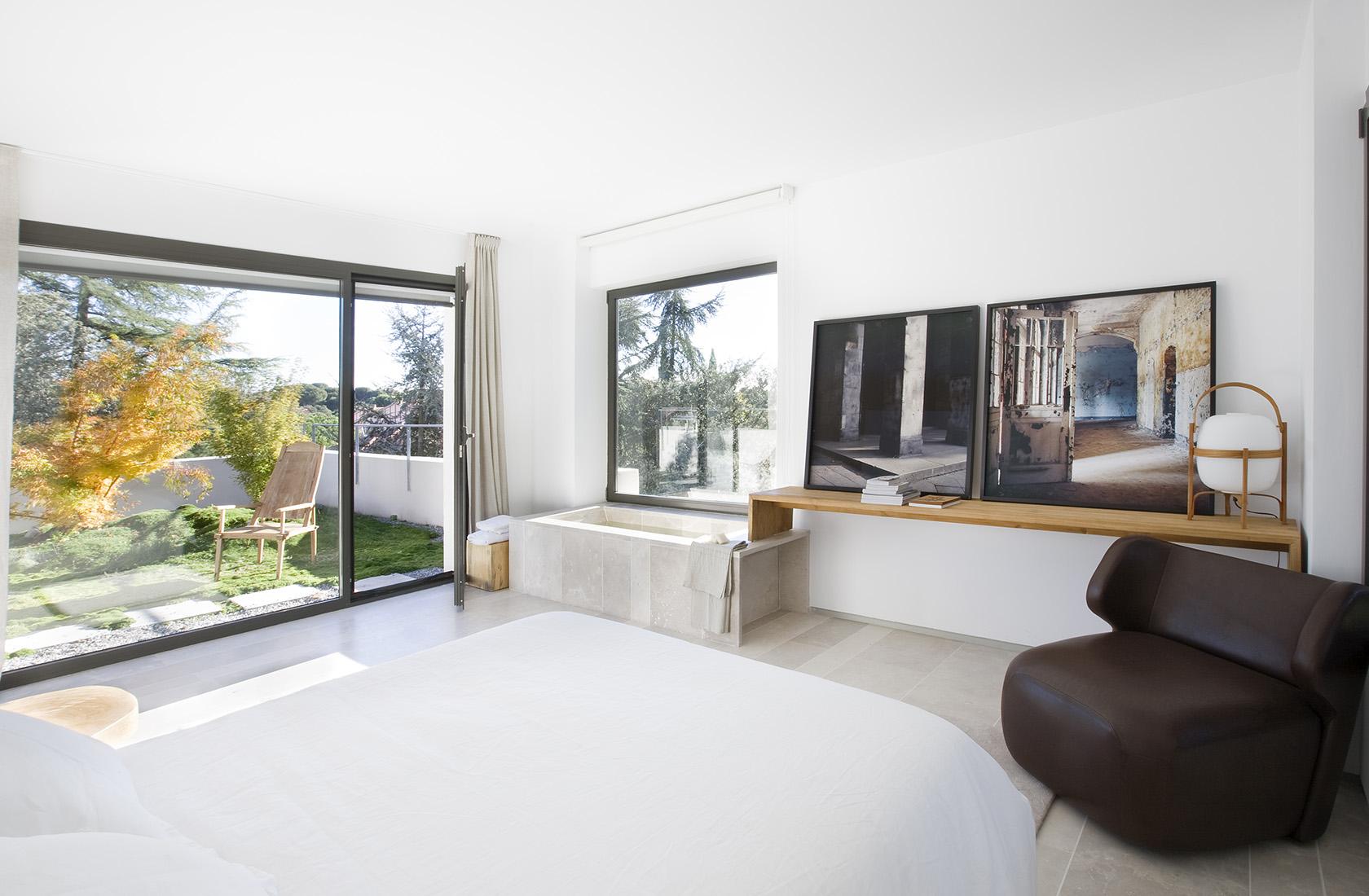 Dormitorio principal con bañera, sede ÁBATON Arquitectura