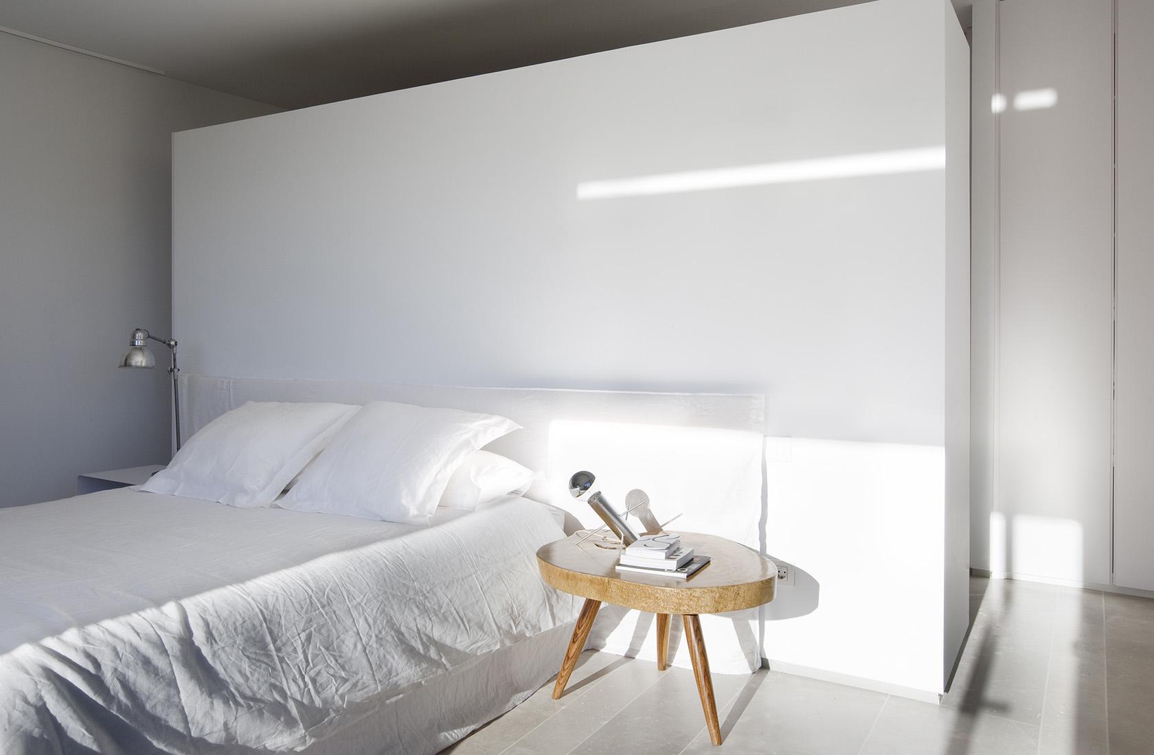 Dormitorio principal, sede ÁBATON Arquitectura