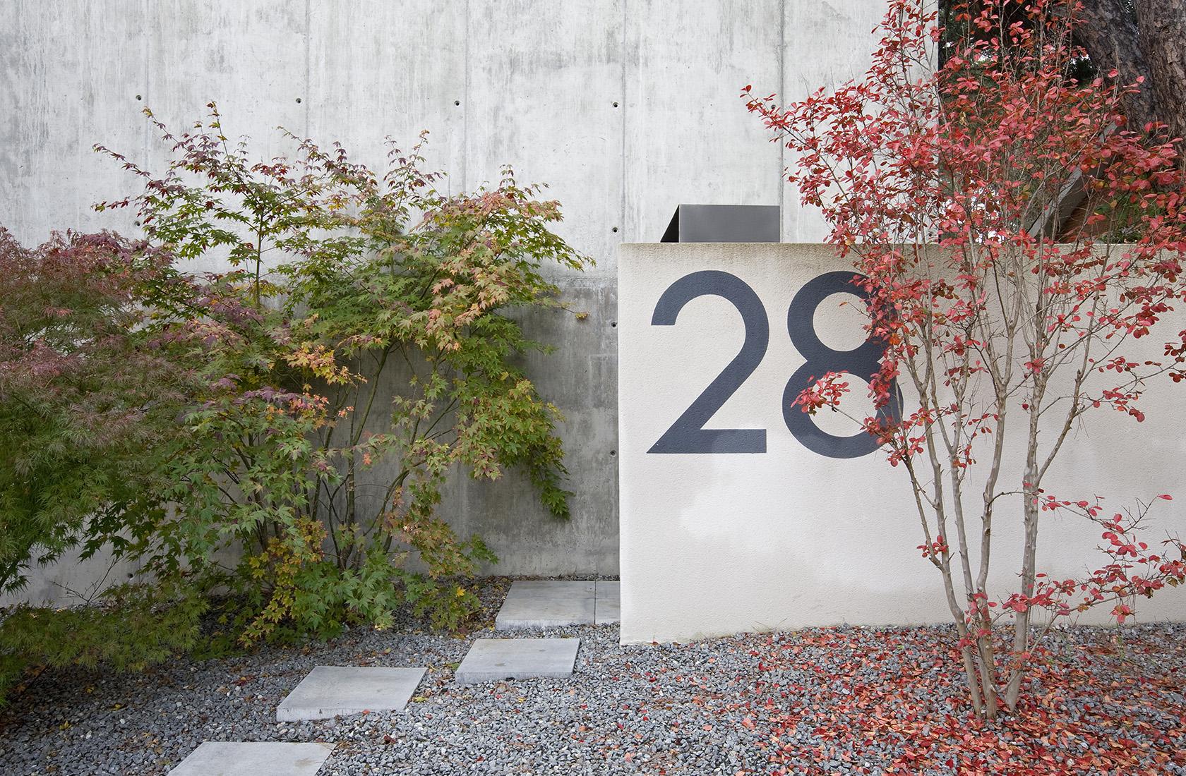 Detalle del paisajismo creado por BATON Arquitectura en el acceso en su sede