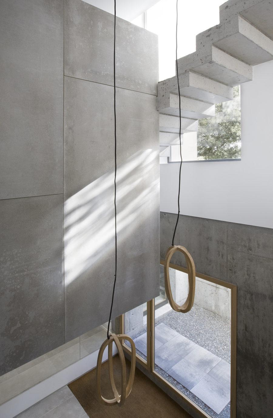 Detalle de la escalera peldañeada de hormigón doble, ÁBATON Arquitectura